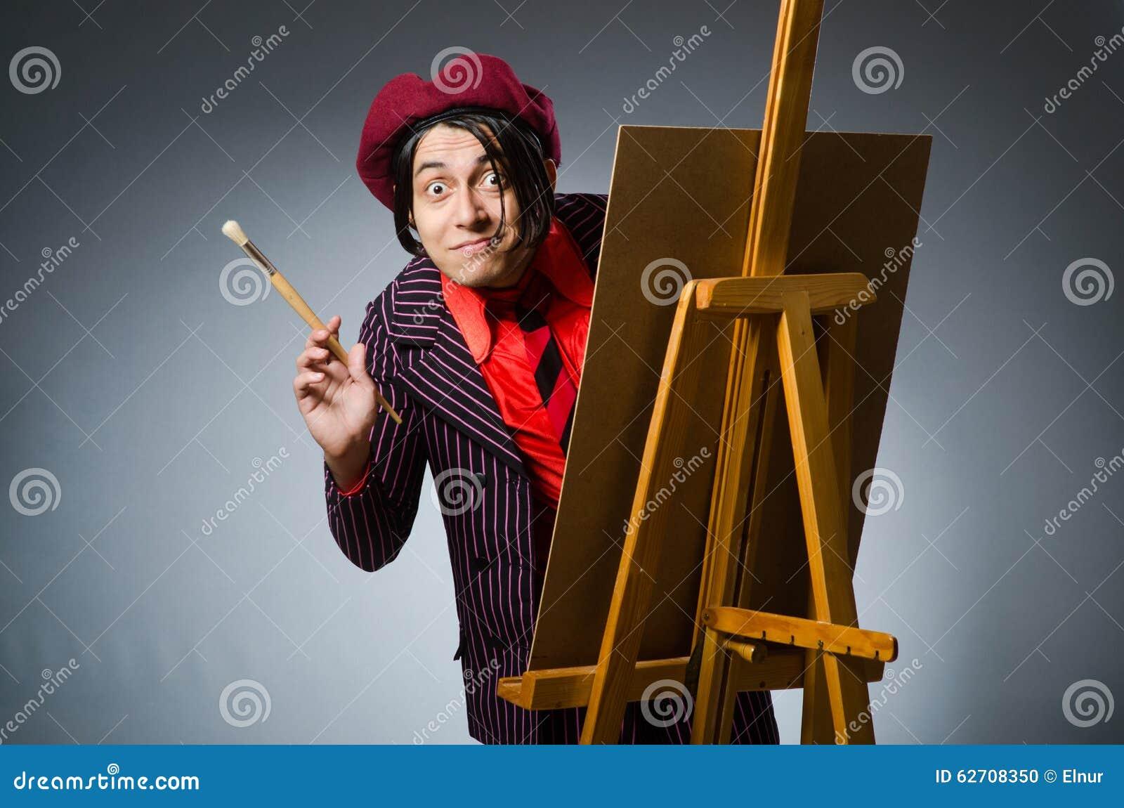 Αστείος καλλιτέχνης με το έργο τέχνης του