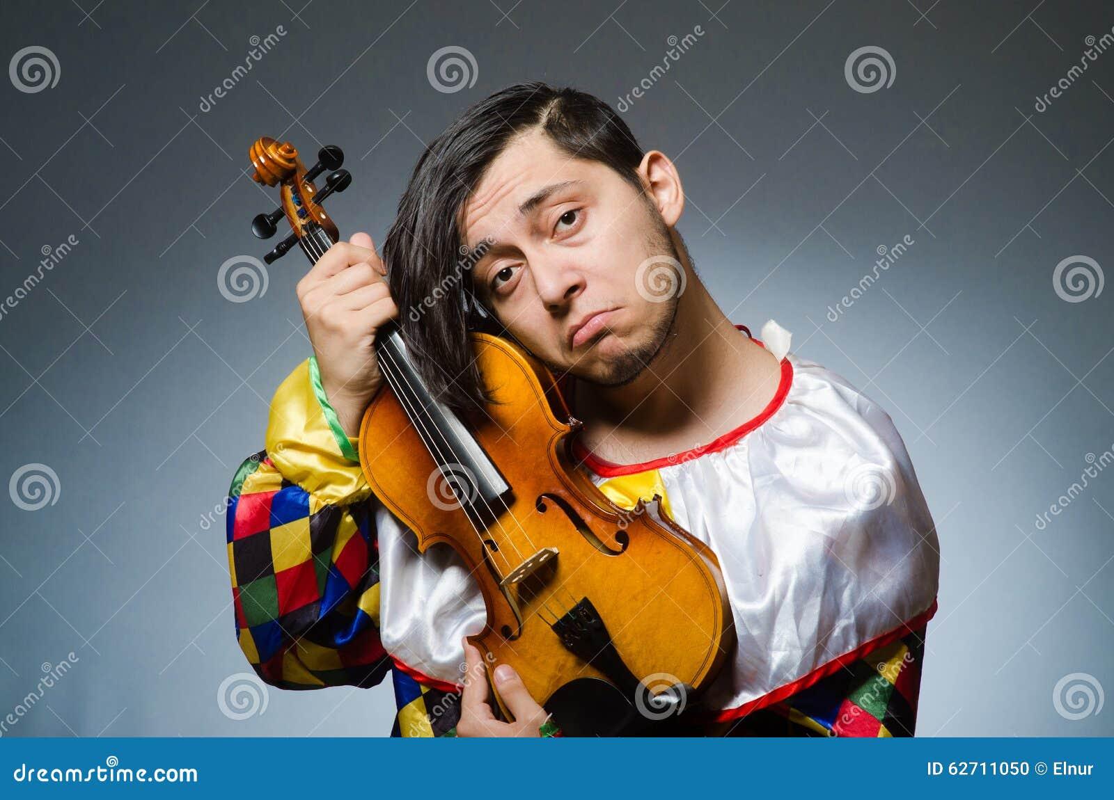 Αστείος φορέας κλόουν βιολιών στη μουσική έννοια