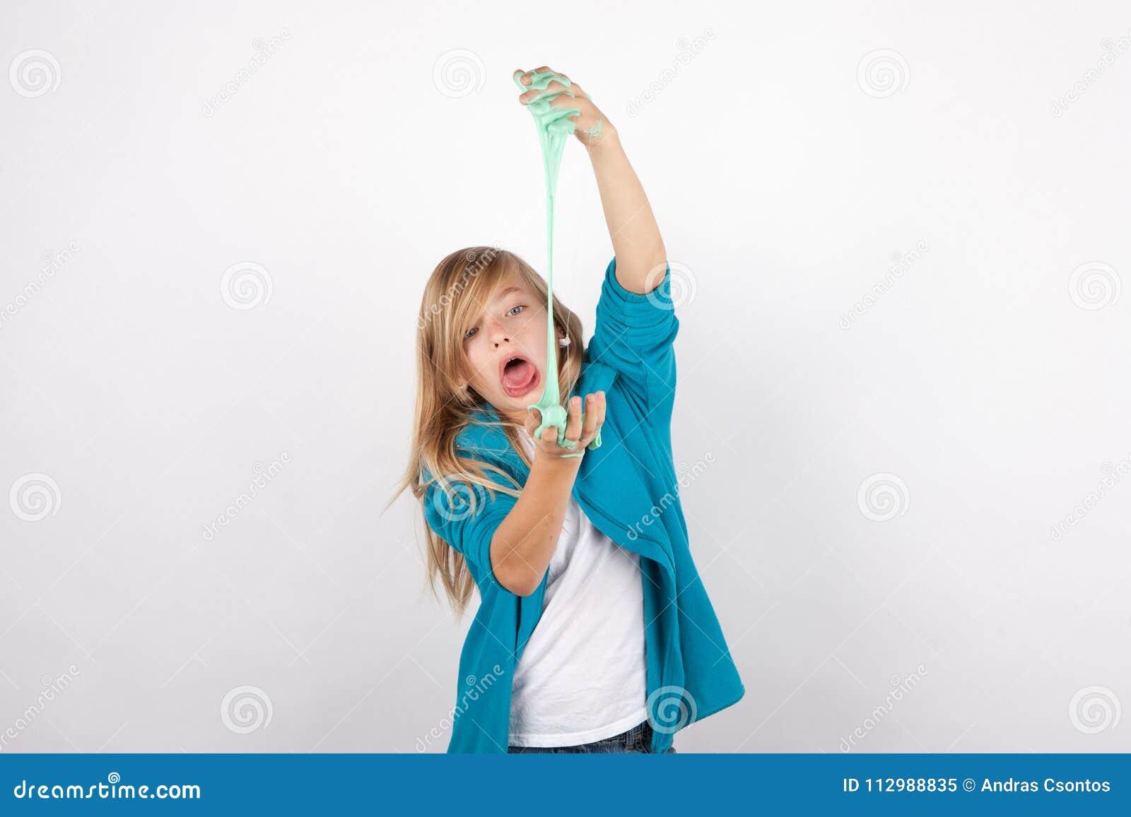 Αστείο κοριτσιών γύρω με slime