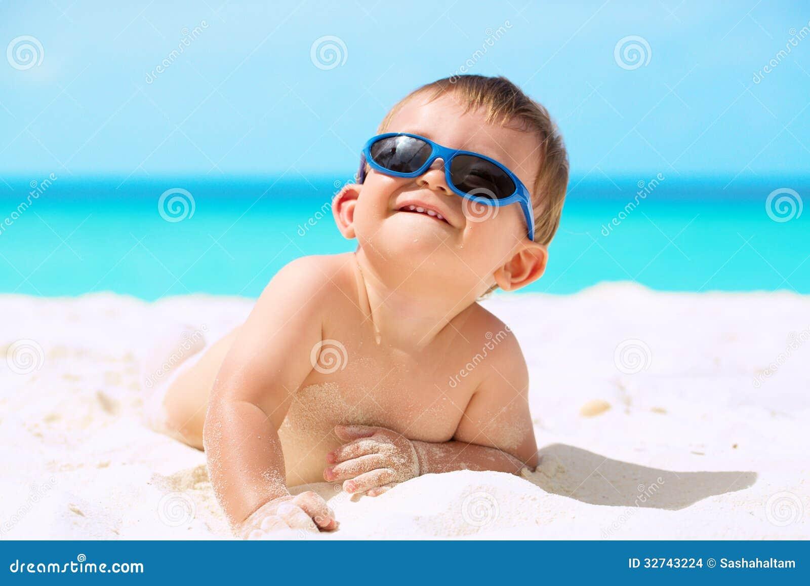 aff1140744 Αστείο μωρό στην παραλία στοκ εικόνες. εικόνα από ελάχιστα - 32743224