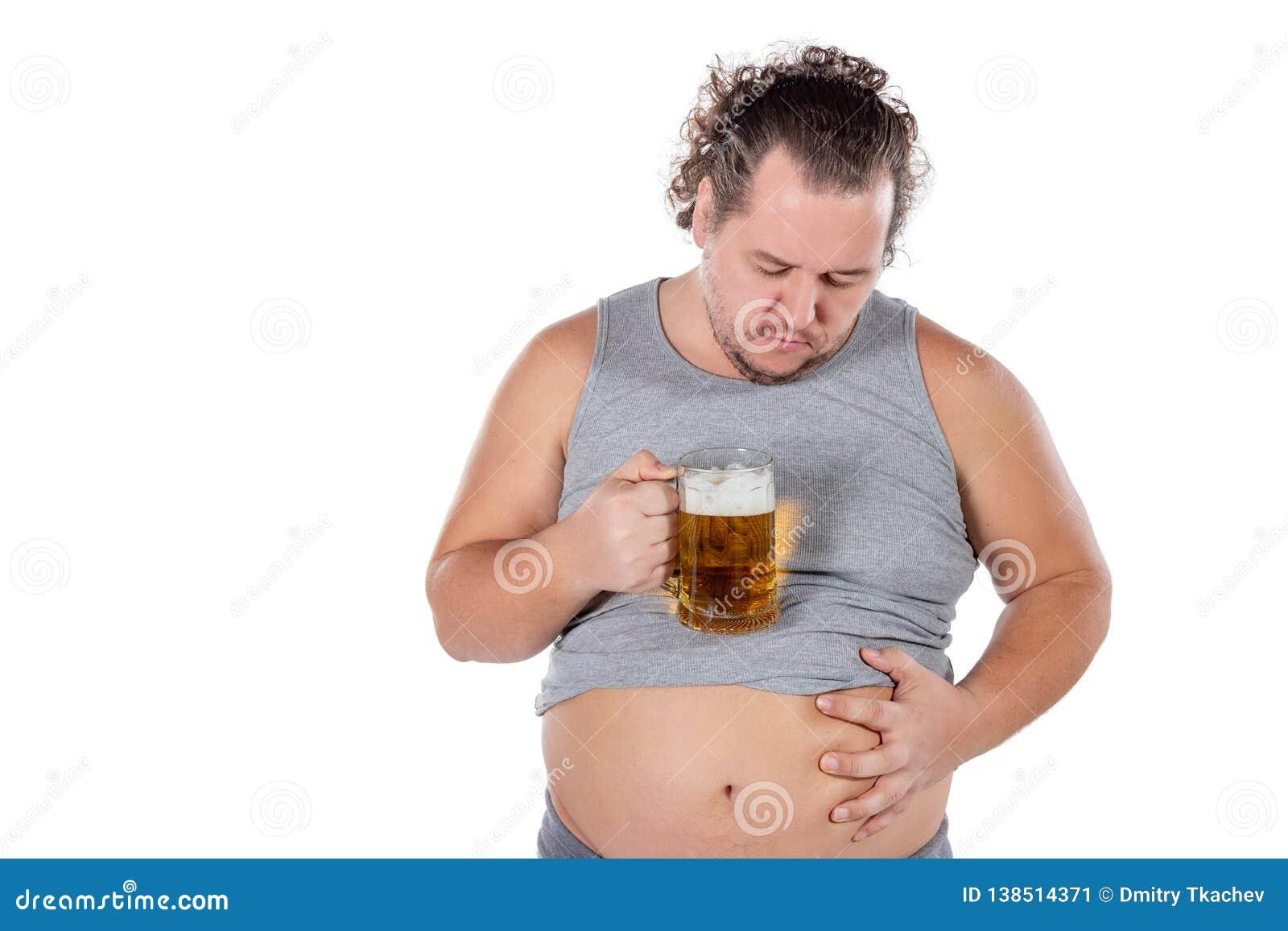 Αστείο παχύ συναίσθημα ατόμων ευτυχές και που χαλαρώνουν, φρέσκια κρύα μπύρα εκμετάλλευσης στα χέρια του στο άσπρο υπόβαθρο