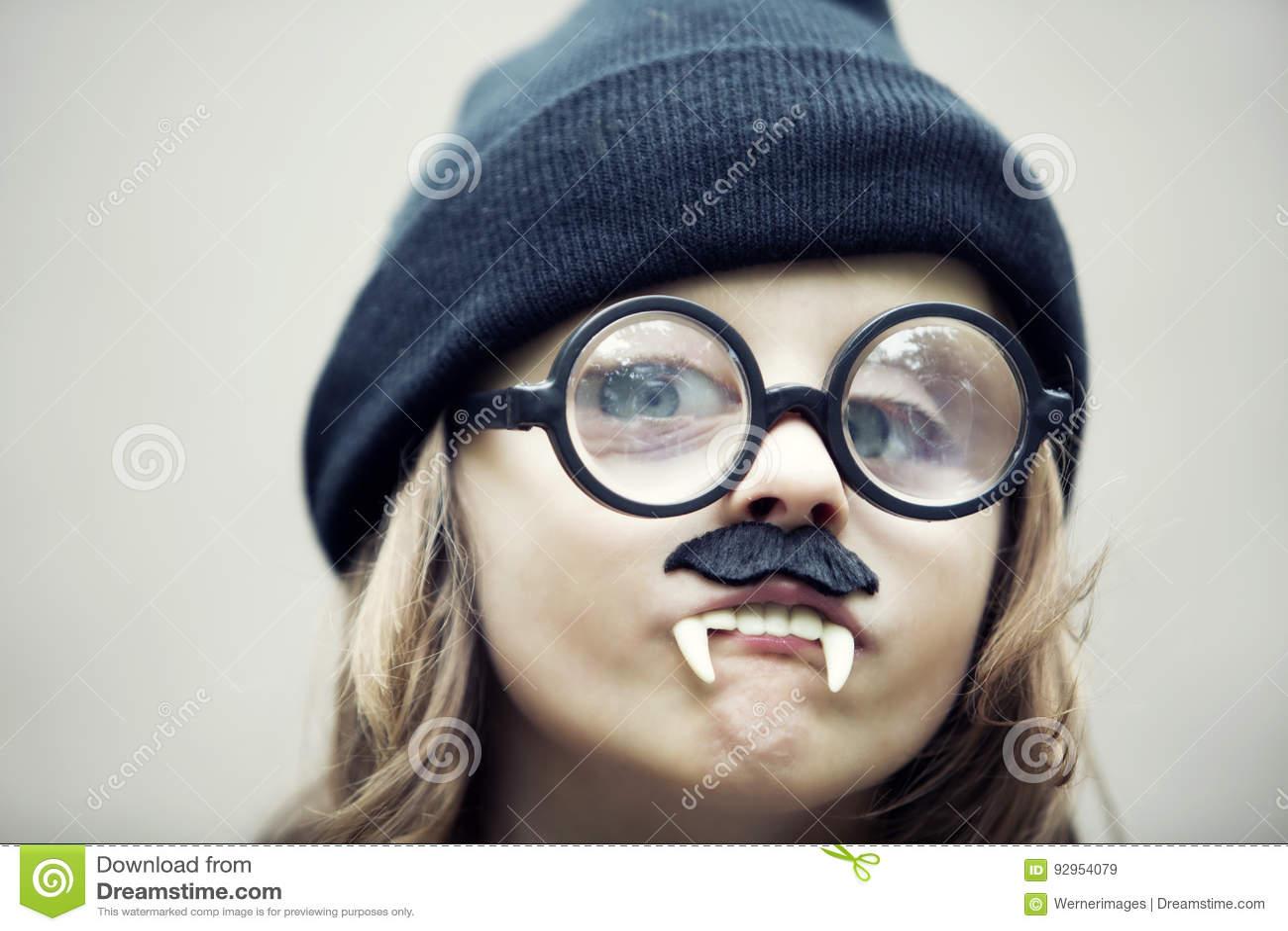 94b02585ed Αστείο πορτρέτο του νέου αγοριού με τα μεγάλα γυαλιά