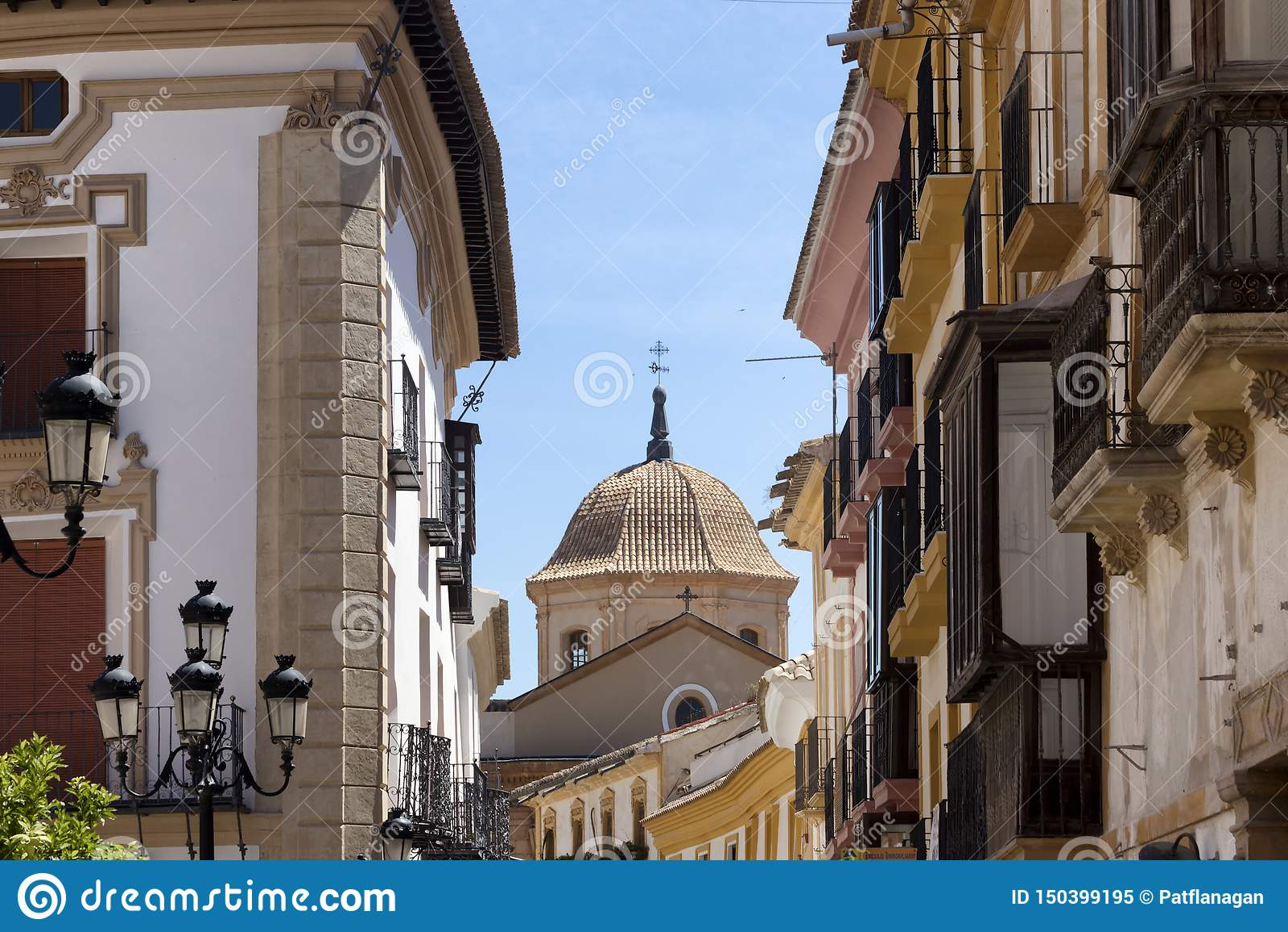 Αστικό τοπίο της ισπανικής εκκλησίας μέσω των κτηρίων
