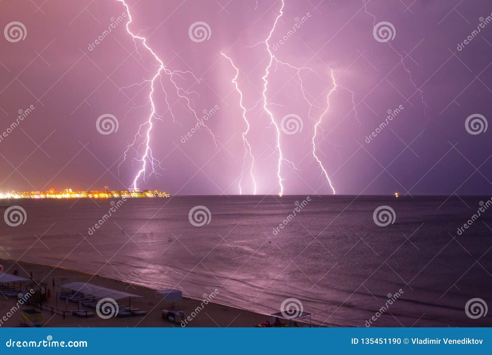 Αστραπή πέρα από τη θάλασσα πριν από τη θύελλα