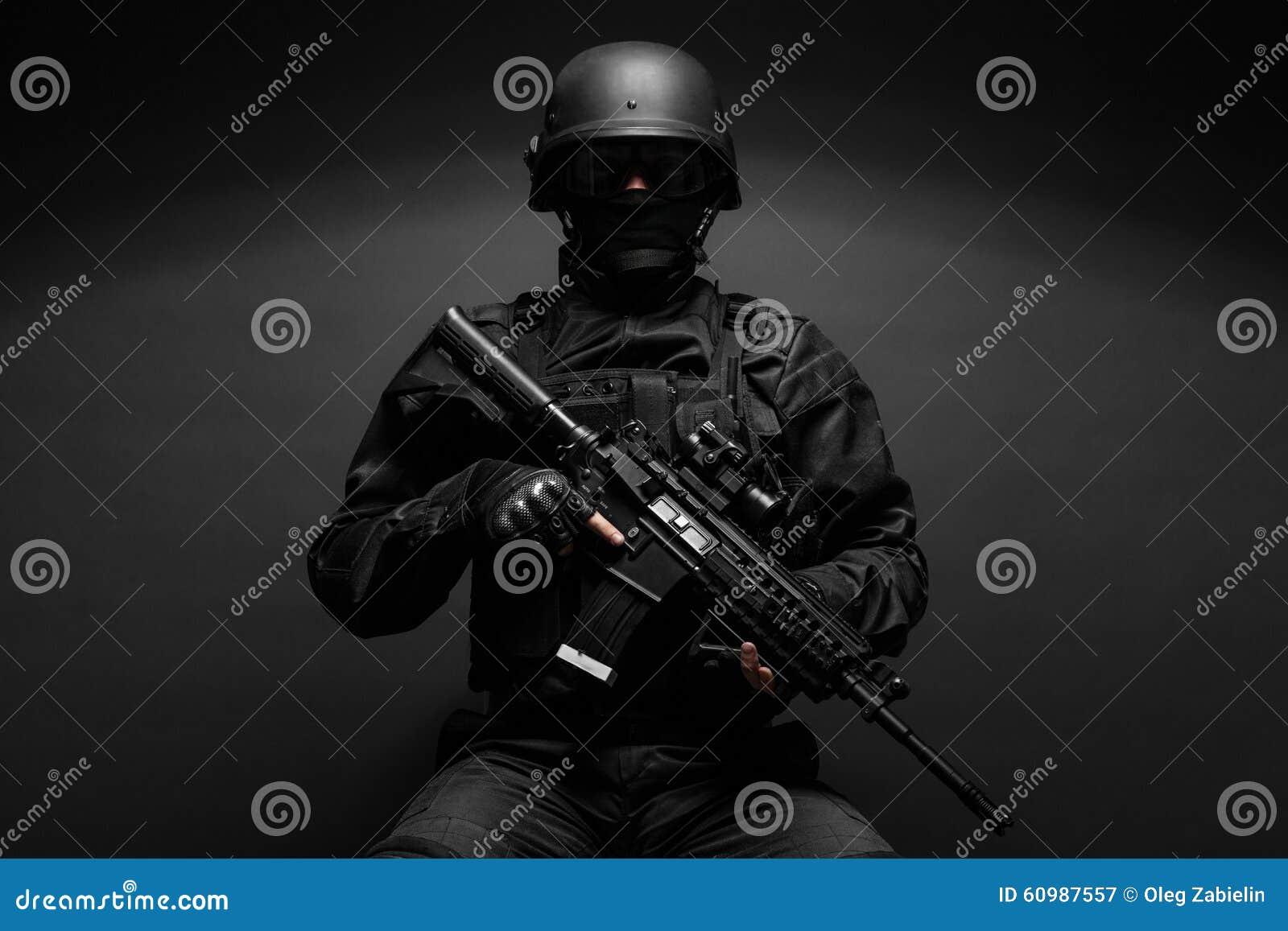 Αστυνομικός με τα όπλα