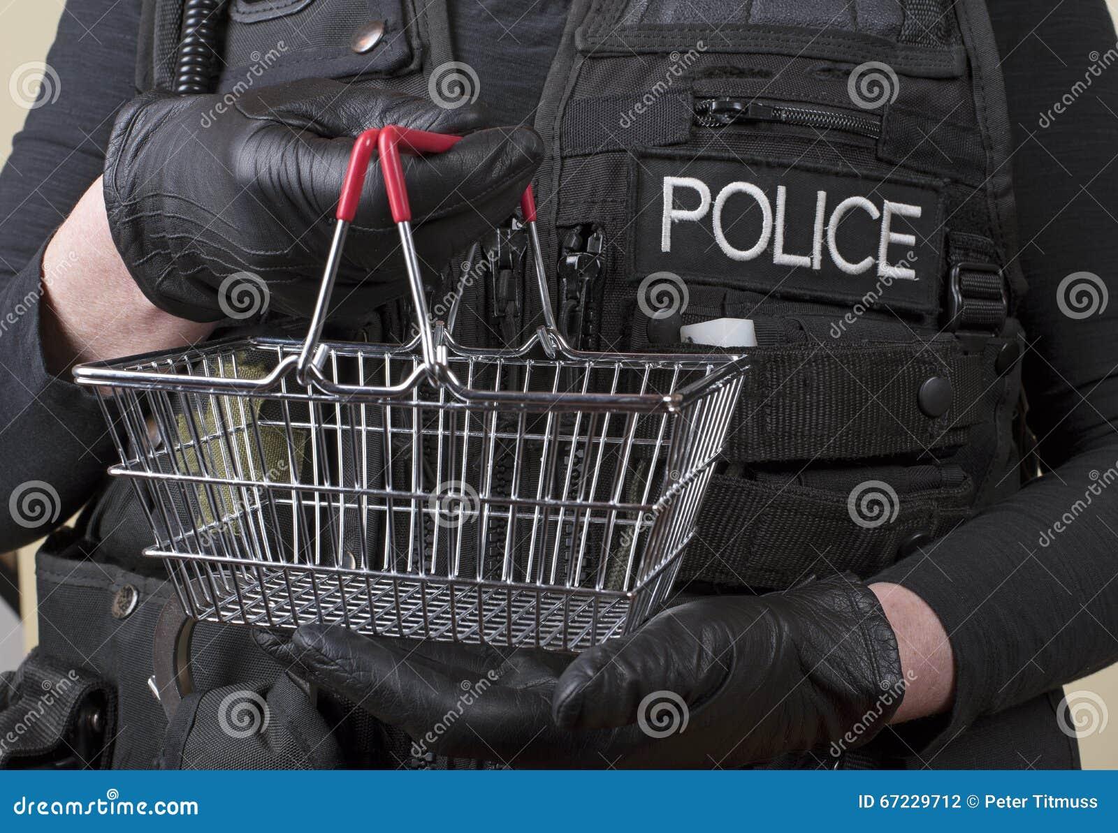 Αστυνομικός που κρατά το μικρό καλάθι καλωδίων