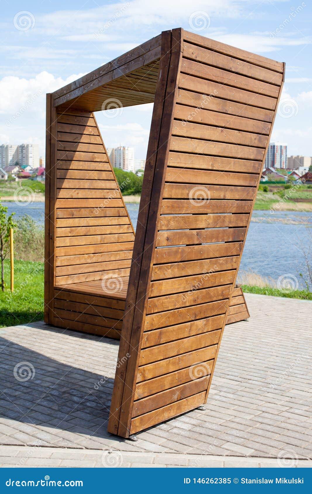 Ασυνήθιστος διακοσμητικός ξύλινος πάγκος στο πάρκο πόλεων κοντά στον ποταμό