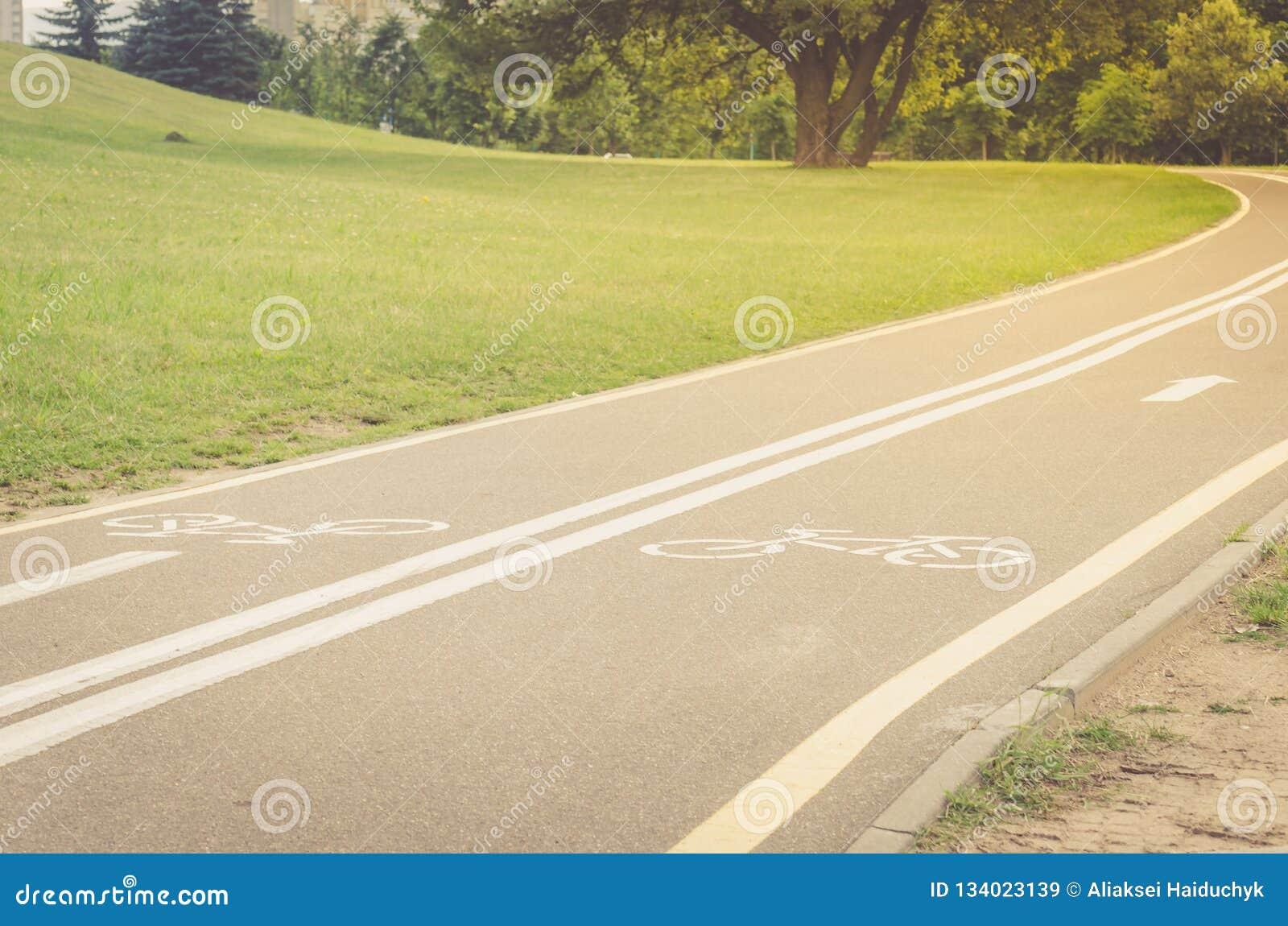 Ασφαλτωμένη διαδρομή ποδηλάτων στο πάρκο/ασφαλτωμένη διαδρομή ποδηλάτων στο τ