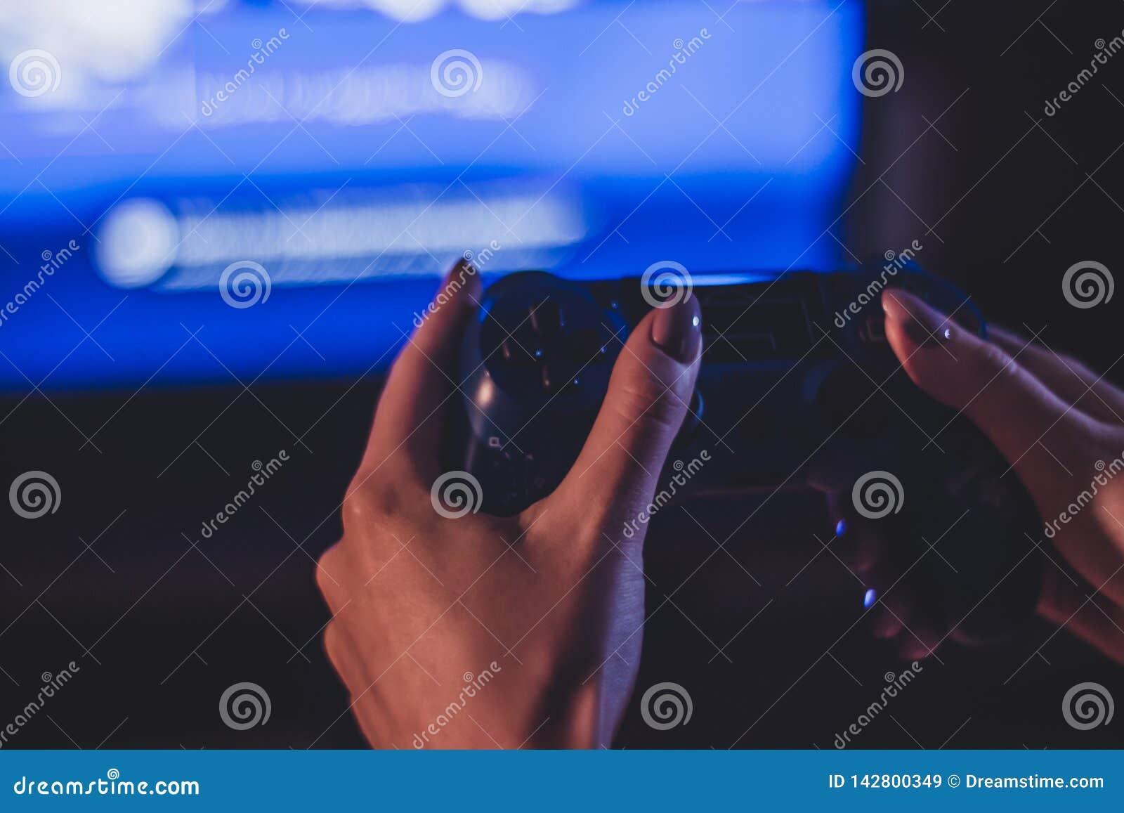 Ατμοσφαιρική φωτογραφία του geypad στο χέρι ενός κοριτσιού