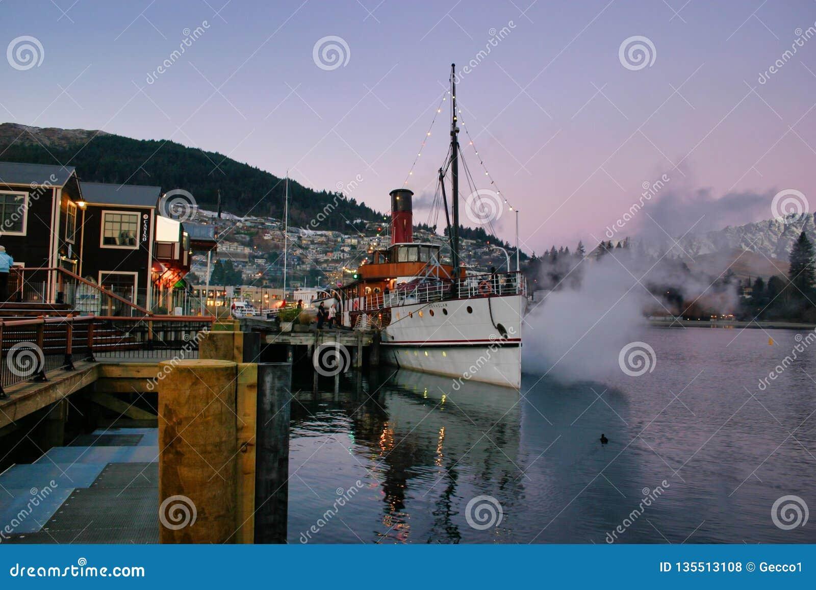Ατμόπλοιο Earnslaw στα ξημερώματα Wakatipu λιμνών