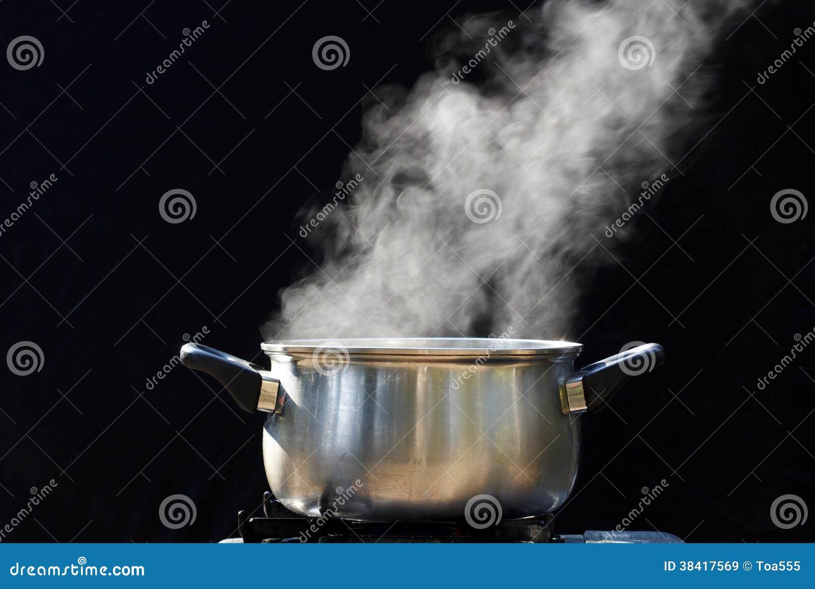 Ατμός στο δοχείο στην κουζίνα