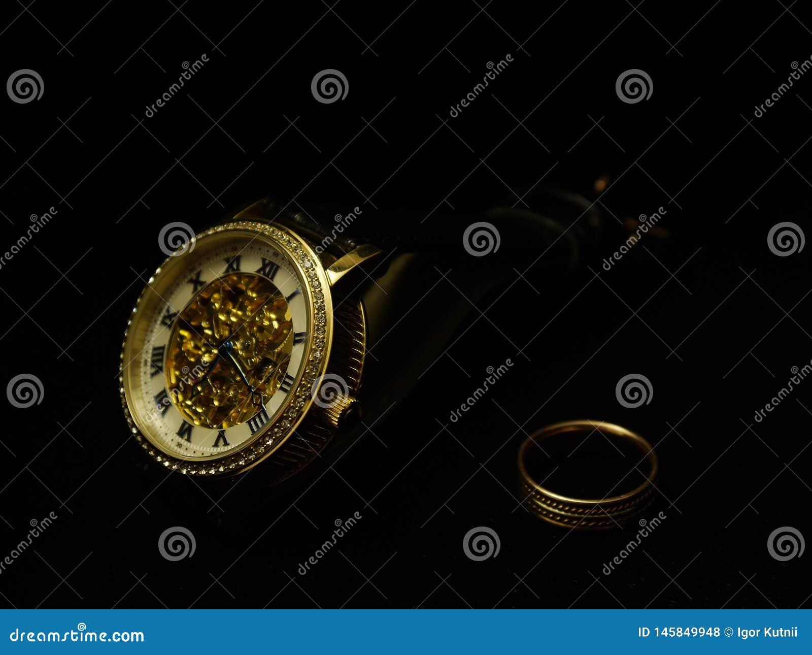 Ατόμων wristwatch και ένα δαχτυλίδι σε ένα μαύρο βελούδο