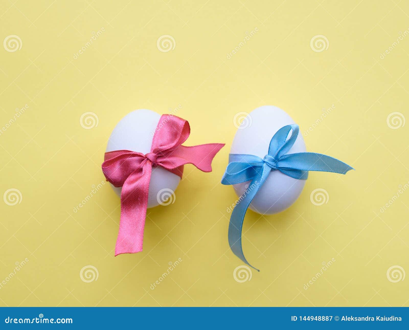 Αυγά που τυλίγονται στις κορδέλλες