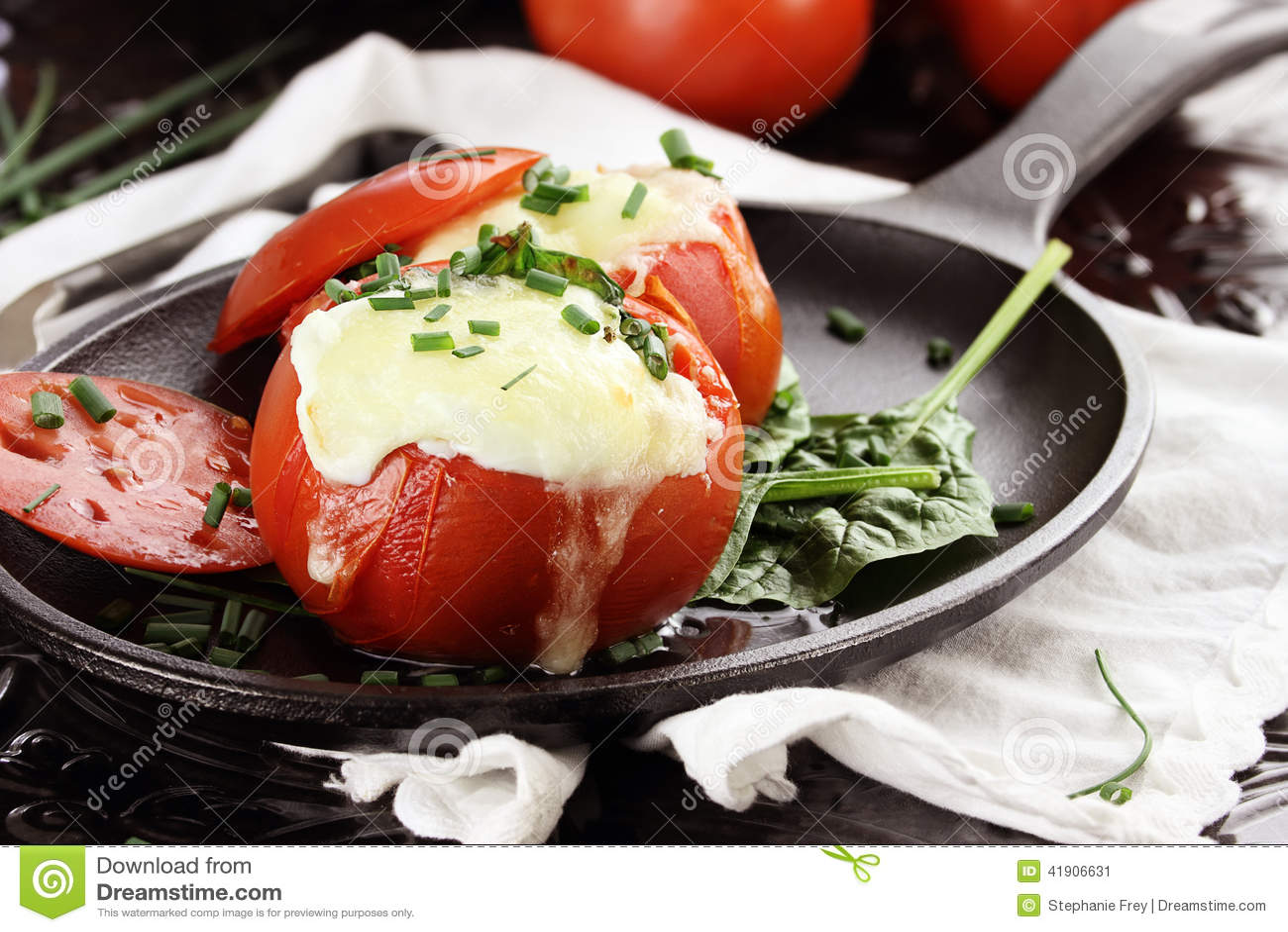 Αυγά που ψήνονται στην ντομάτα