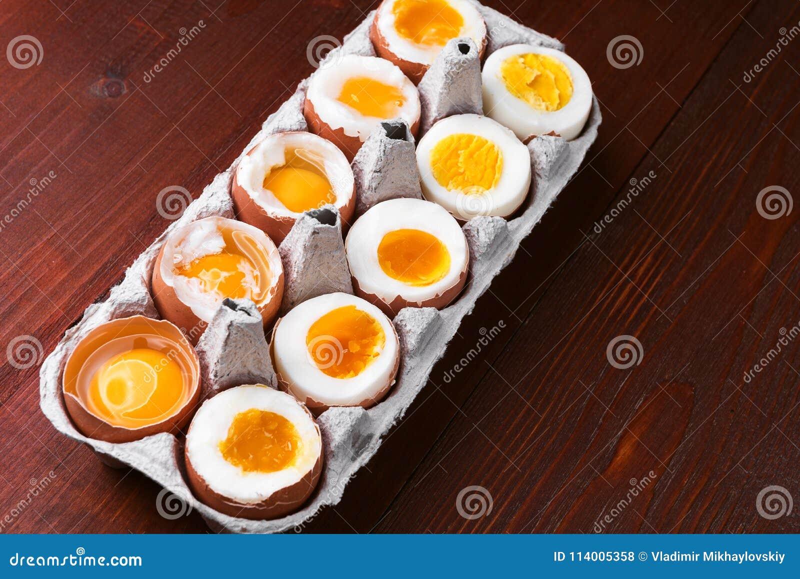 Αυγά στις ποικιλίες βαθμών της διαθεσιμότητας ανάλογα με το χρόνο των βράζοντας αυγών