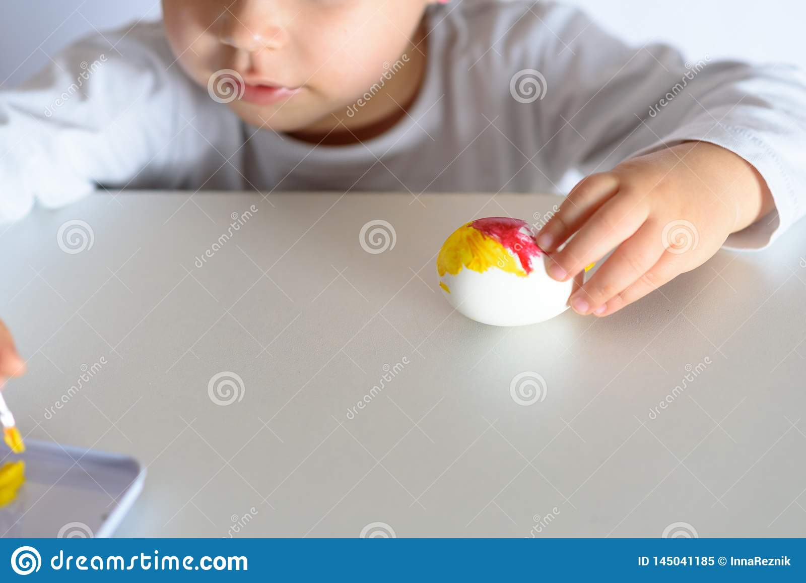 Αυγά χρωματισμού για το χρόνο Πάσχας στο σπίτι