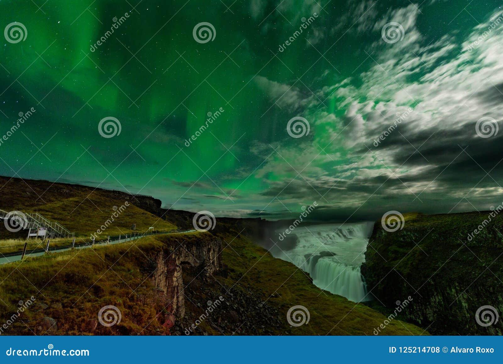 Αυγή Borealis σε μια κατάπληξη nightscape Προορισμός ταξιδιού με το όμορφο τοπίο πράσινων φώτων