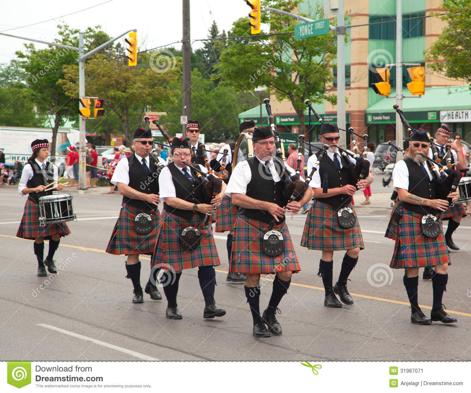 ΑΥΓΗ, ΟΝΤΑΡΙΟ, ΚΑΝΑΔΑΣ 1 ΙΟΥΛΊΟΥ: Ιρλανδοί στη σκωτσέζικη φούστα τους που παίζουν τα bagpipes τους κατά τη διάρκεια της παρέλασης