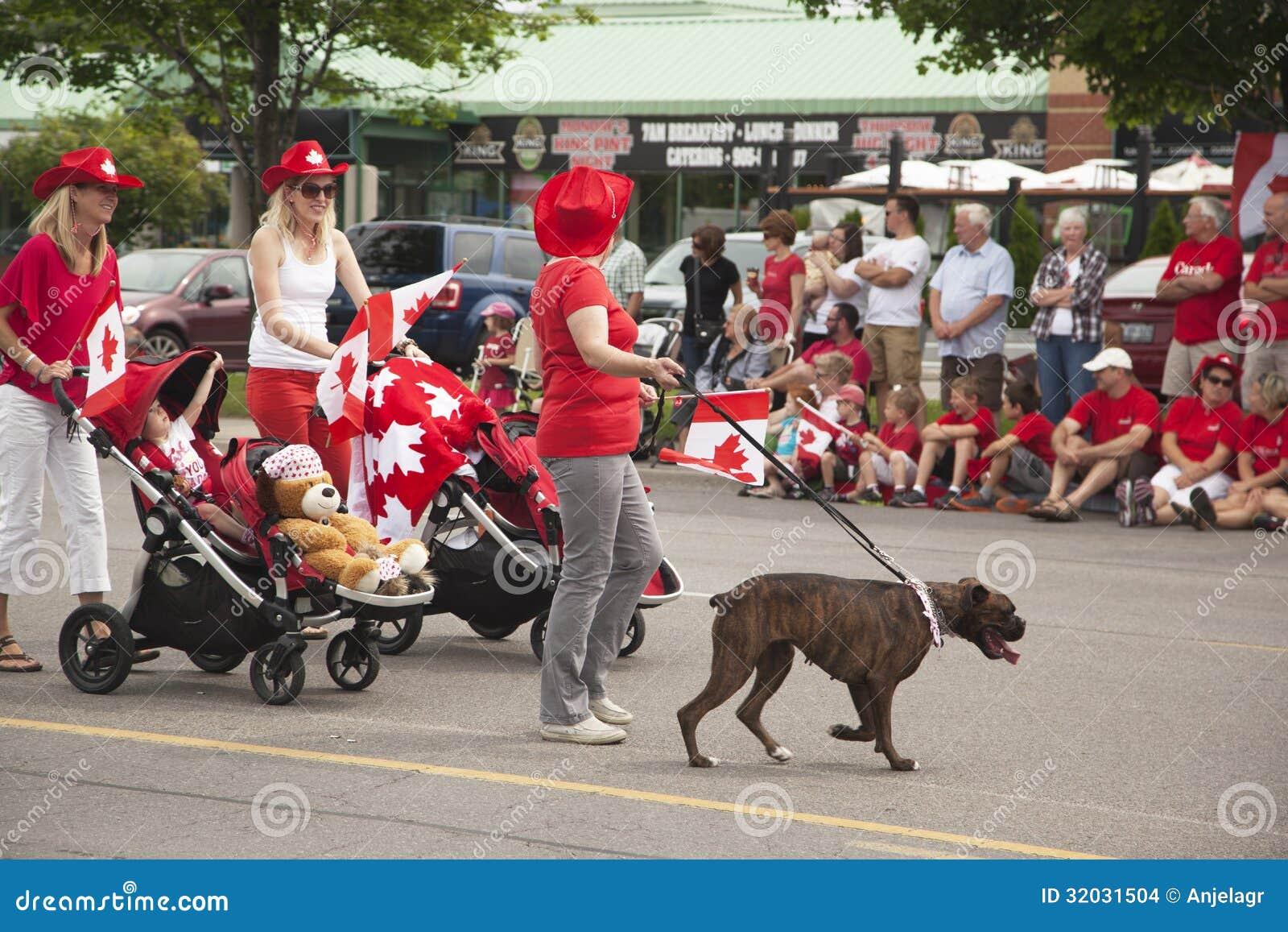 ΑΥΓΗ, ΟΝΤΑΡΙΟ, ΚΑΝΑΔΑΣ 1 ΙΟΥΛΊΟΥ: Καναδάς ημέρα Parad σε μέρος της νέας οδού στην αυγή την 1η Ιουλίου 2013
