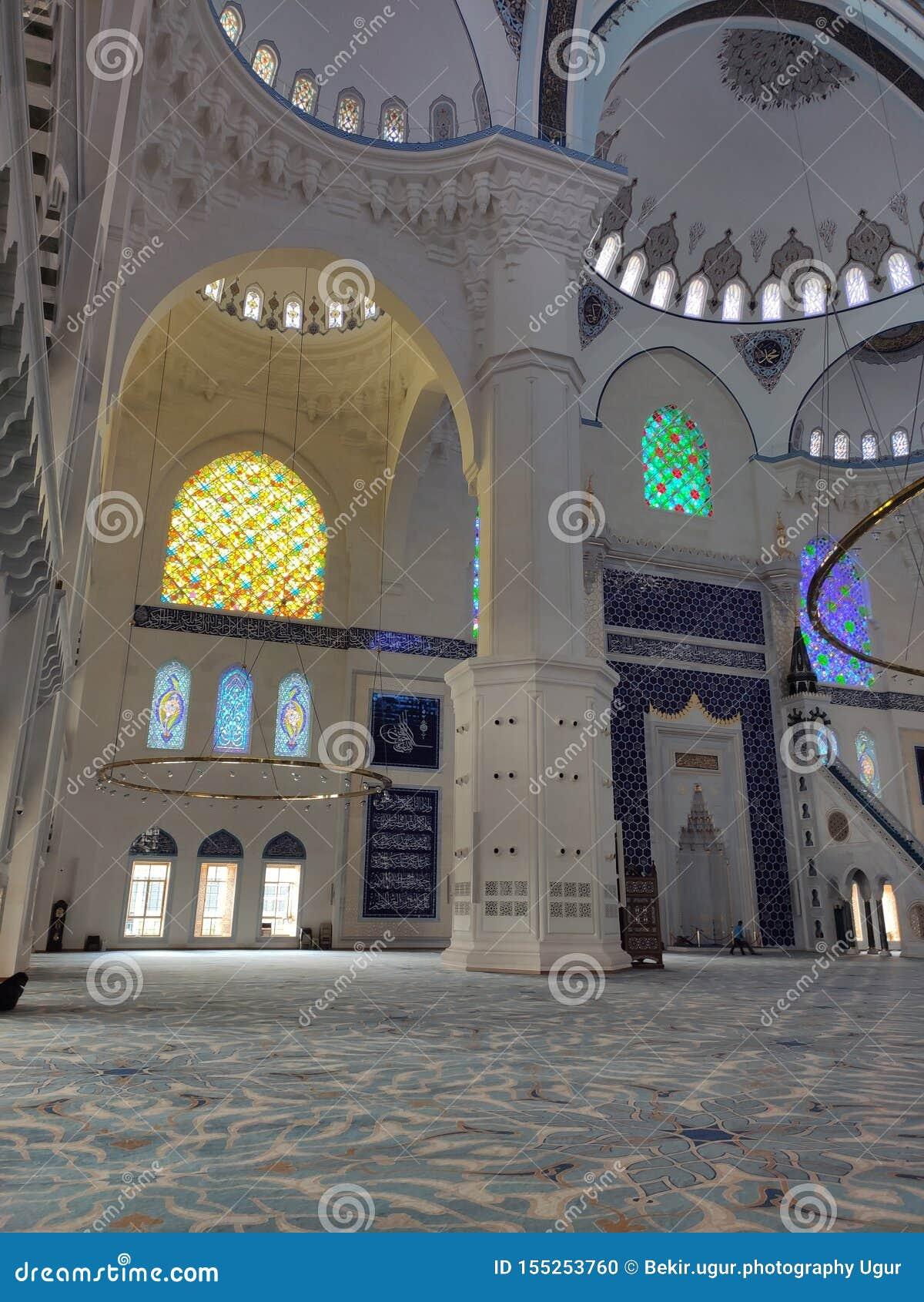 4 Αυγούστου 19 άποψη προαυλίων ΜΟΥΣΟΥΛΜΑΝΙΚΏΝ ΤΕΜΕΝΏΝ CAMLICA στη Ιστανμπούλ, Τουρκία Το μουσουλμανικό τέμενος Camlica είναι μεγα