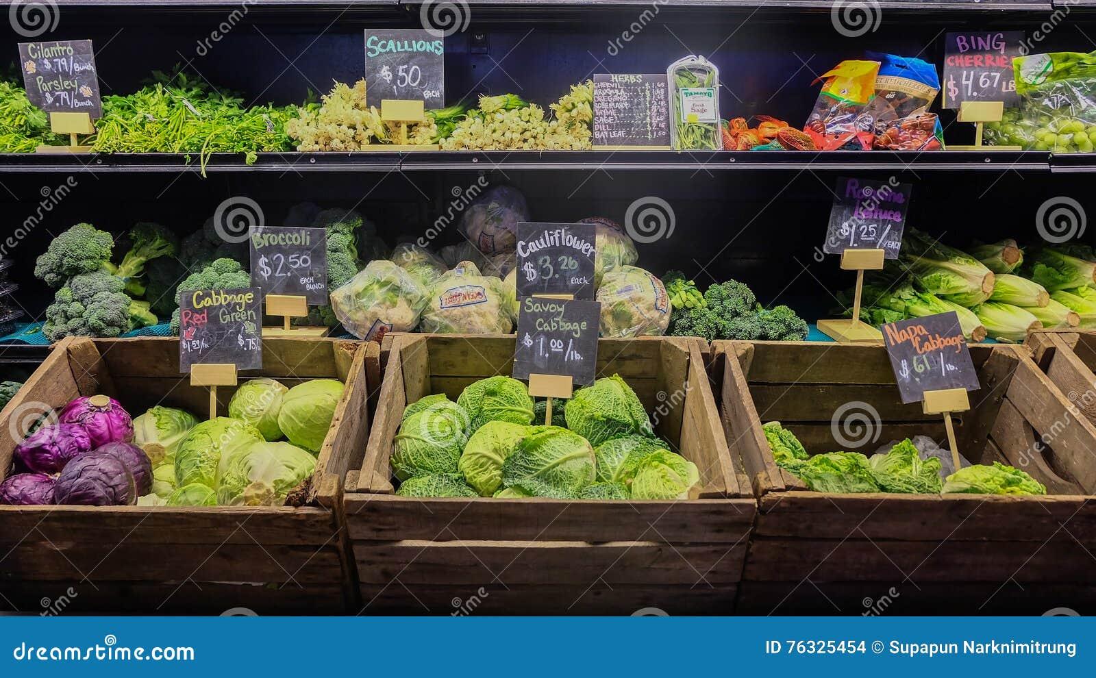 9 Αυγούστου 2016 - Λος Άντζελες, ΗΠΑ: Στάβλος φρέσκων λαχανικών greengrocery στη μεγάλη κεντρική αγορά, διάσημη θέση τροφίμων στο