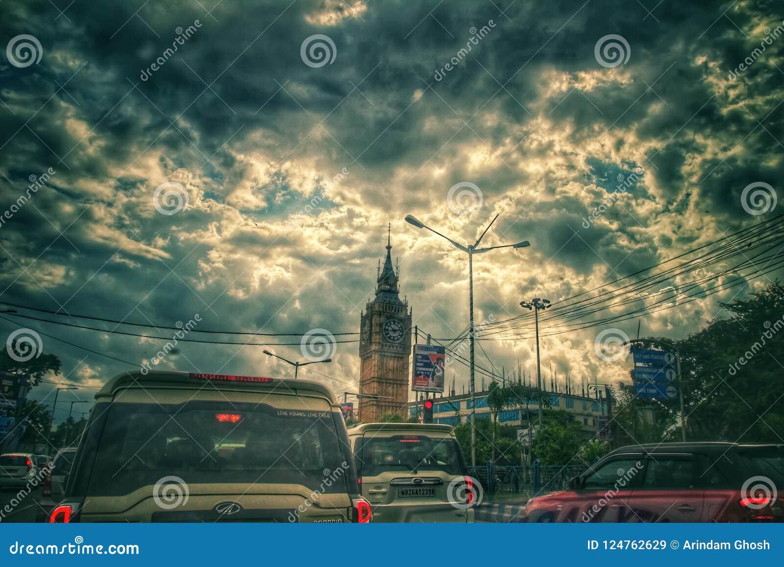 21 Αυγούστου 2018, Sribhumi, Kolkata, Ινδία Μια νεφελώδης άποψη ουρανού στο υπόβαθρο του πύργου ρολογιών sribhumi σε Kolkata, Ινδ