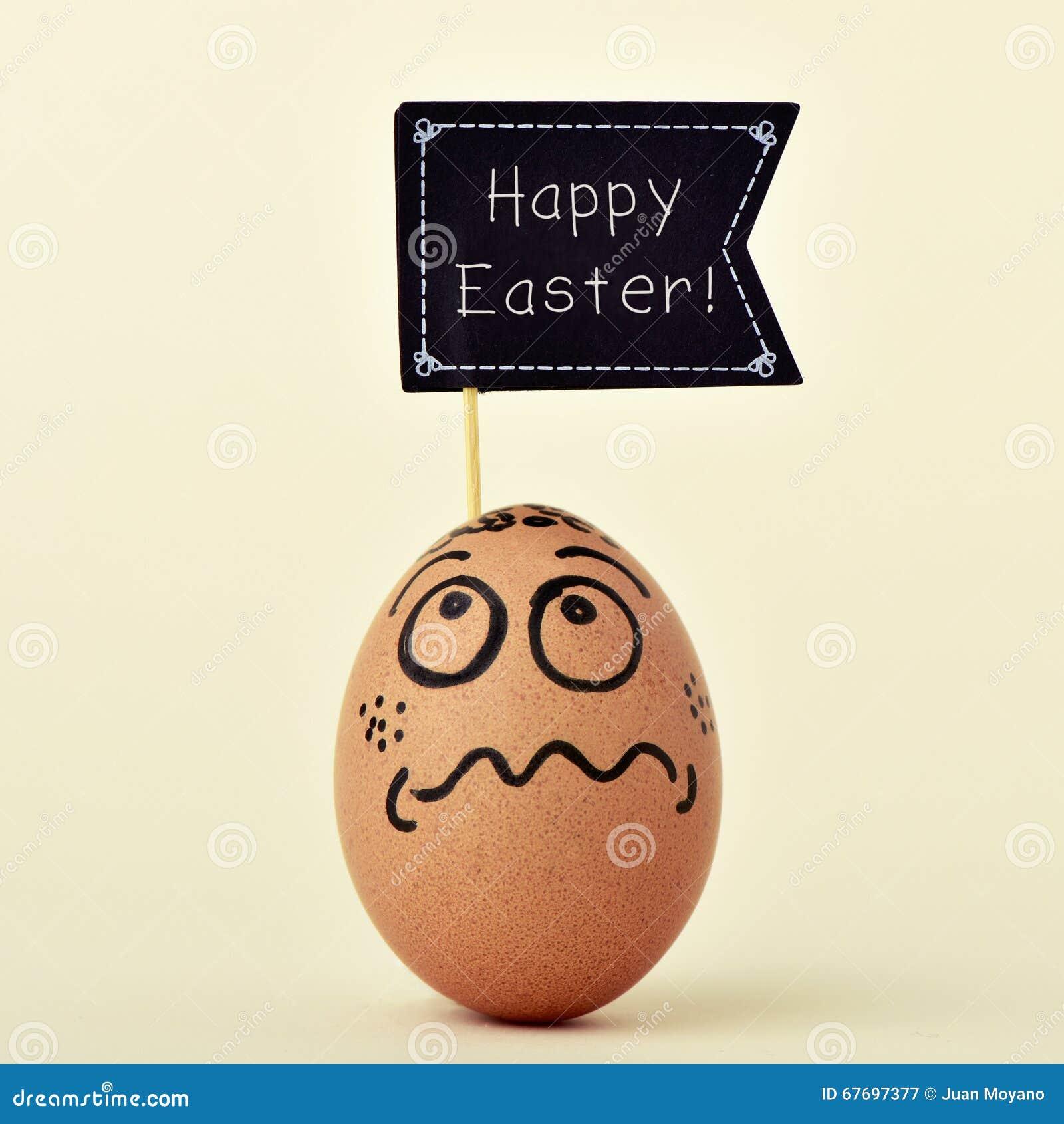 Αυγό με ένα αστείο πρόσωπο με μια πινακίδα με το ευτυχές easte κειμένων