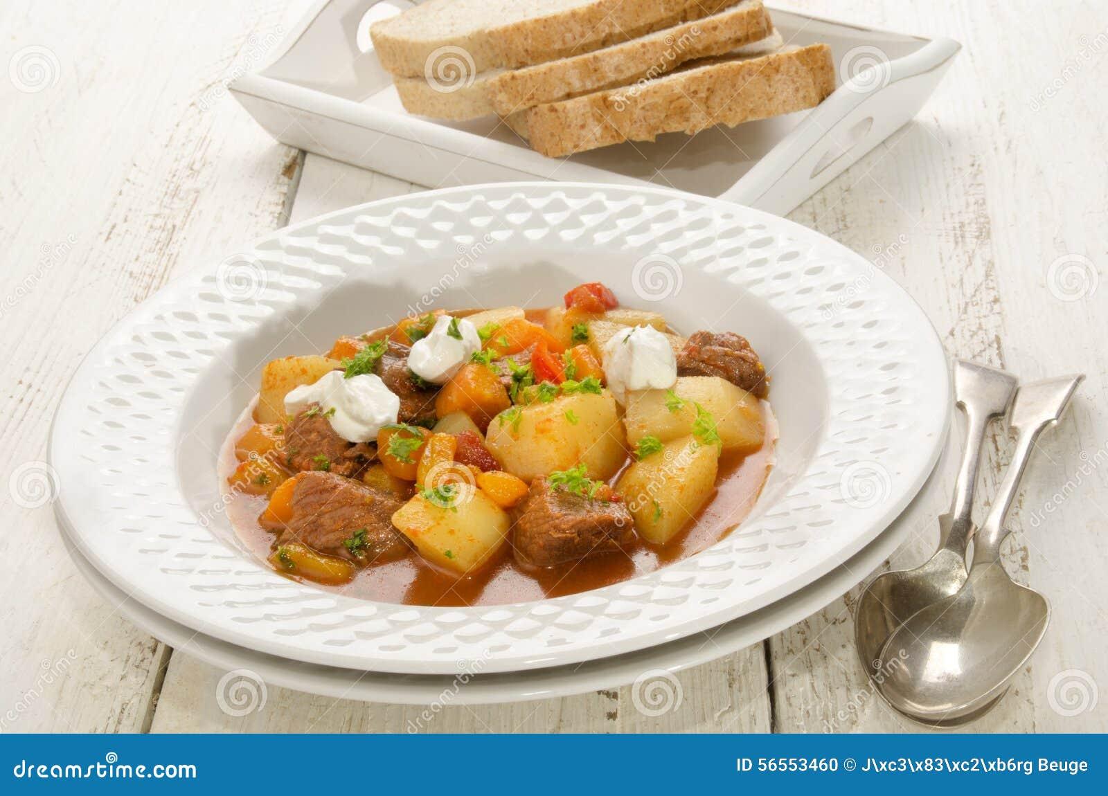Download Αυθεντικό ουγγρικό Goulash σε ένα πιάτο Στοκ Εικόνες - εικόνα από καρότο, beefburger: 56553460