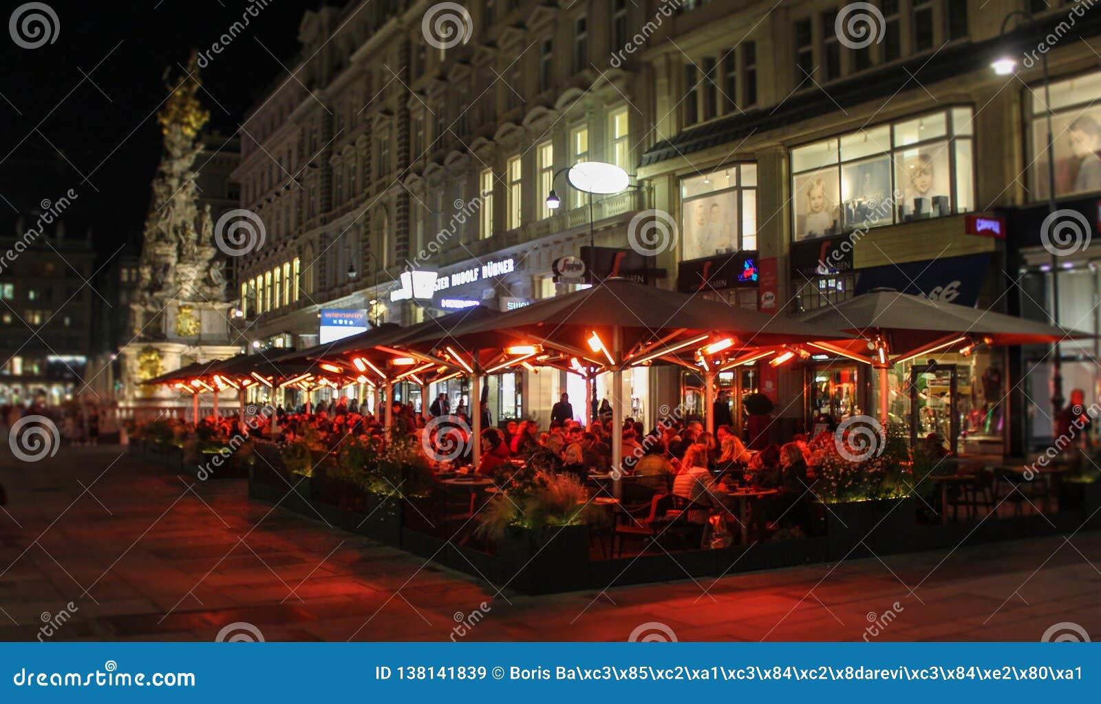 Αυστριακός, Βιέννη, στις 21 Οκτωβρίου 2018: Η στήλη του παρασίτου και Graben φωτογράφισε το βράδυ με τα μακρινά διαστήματα εστιατ