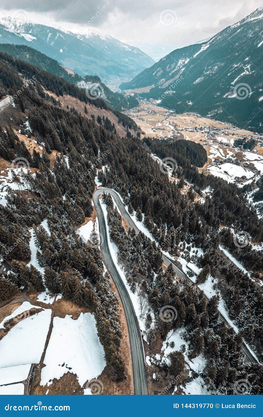 Αυστριακός δρόμος βουνών με τις κάμψεις