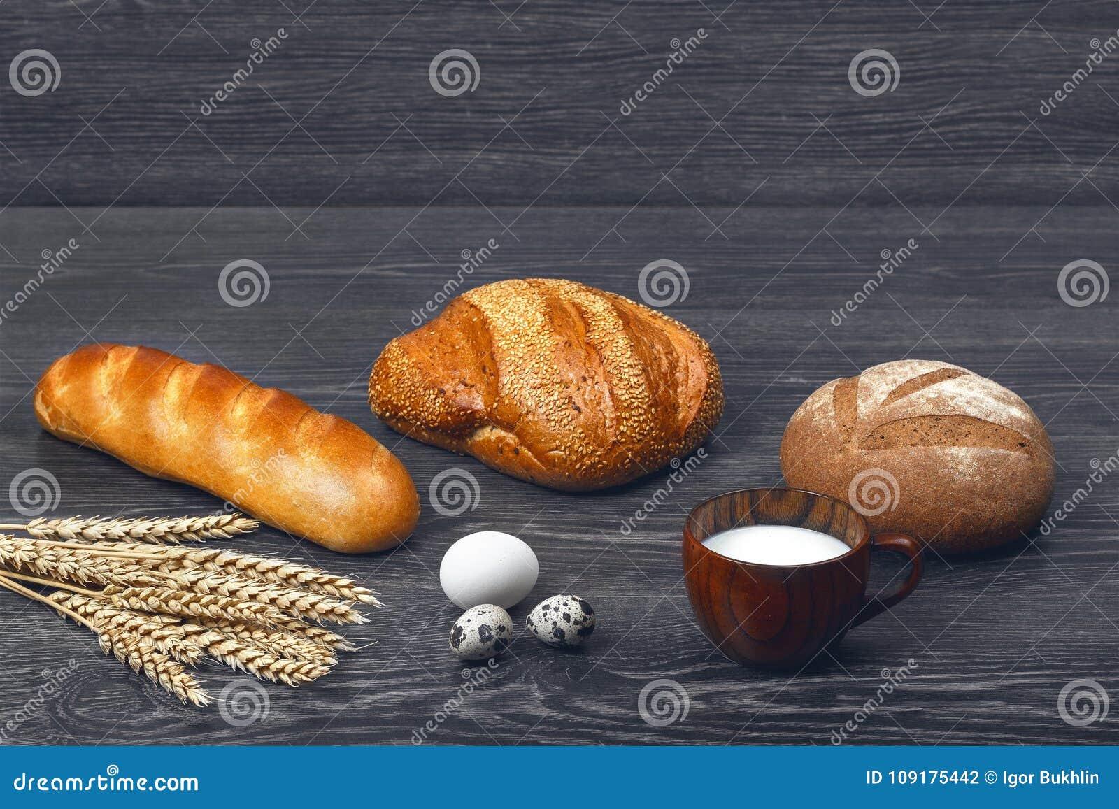 Αυτιά του σίτου, των αυγών κοτόπουλου και ορτυκιών, του ποτηριού του γάλακτος, του πρόσφατα ψημένου ψωμιού και μιας φραντζόλας στ