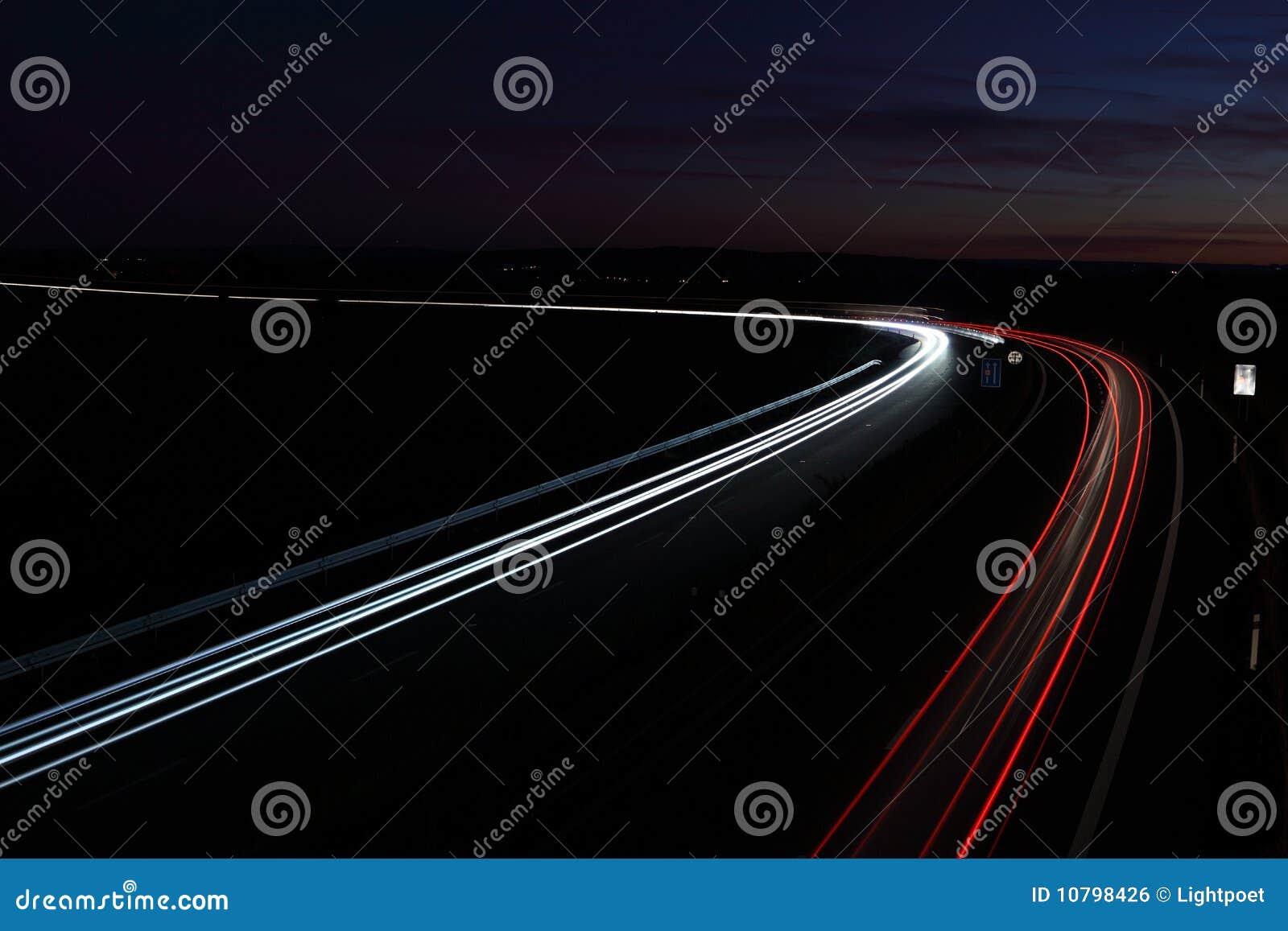 Αυτοκίνητα σε μια βιασύνη που κινείται γρήγορα σε μια εθνική οδό