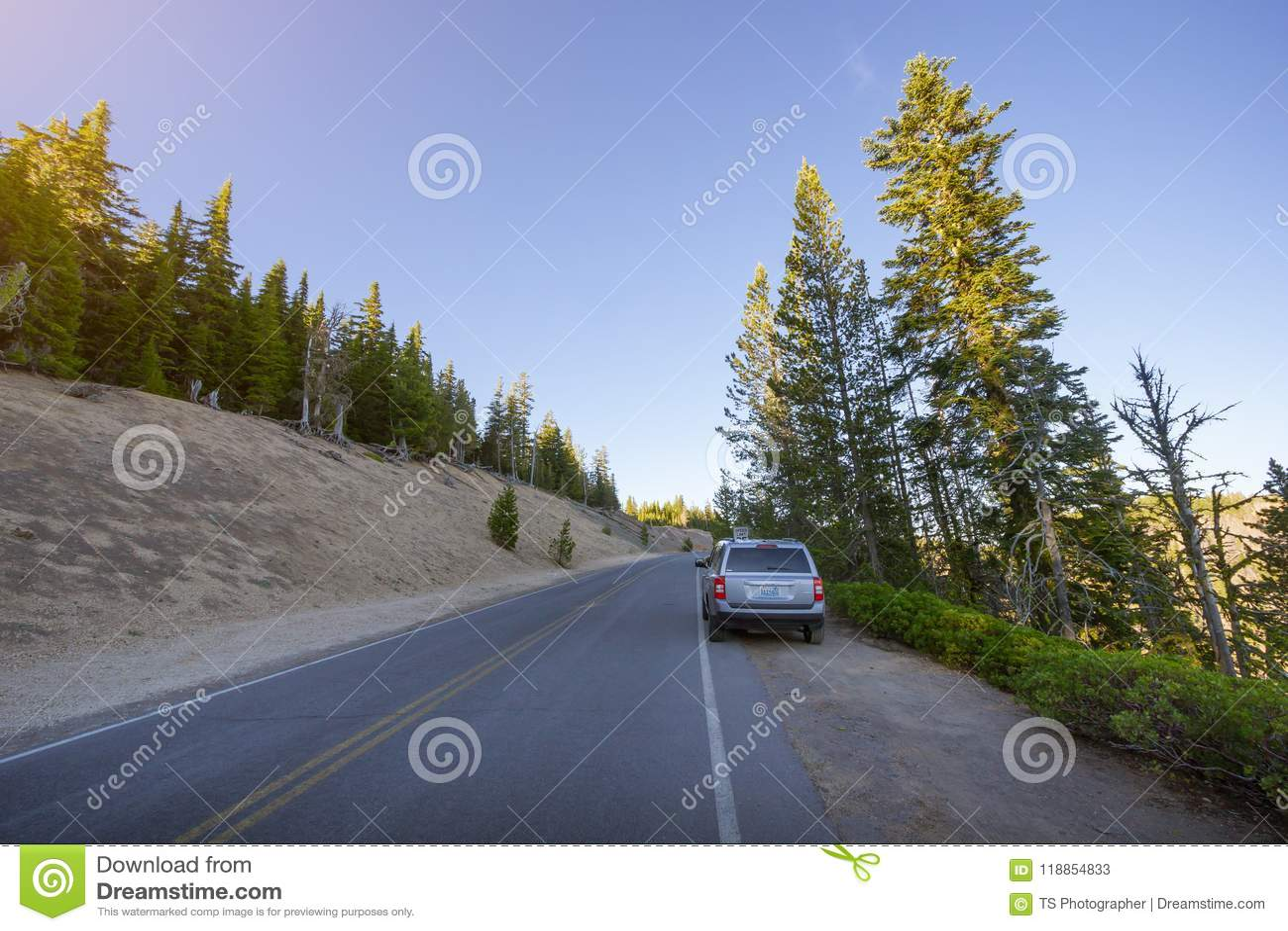 Αυτοκίνητα τουριστών που σταθμεύουν κατά μήκος του φυσικού Drive πλαισίων εθνικών οδών στη λίμνη κρατήρων