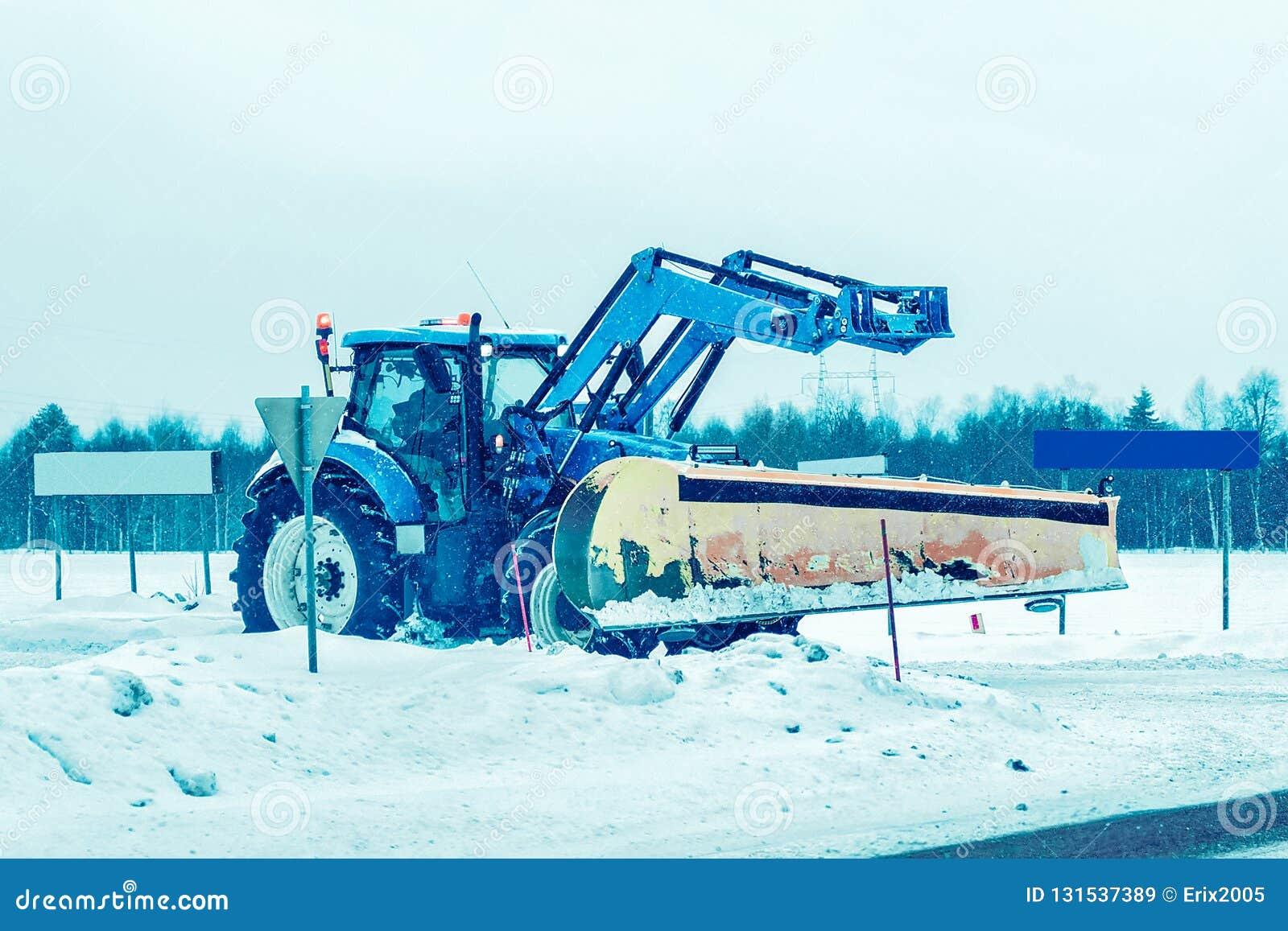 """Αυτοκίνητο αφαίρεσης χιονιού στο δρόμο Ï""""Î¿ χειμώνα Φινλανδία ΡοβανιέμÎ"""