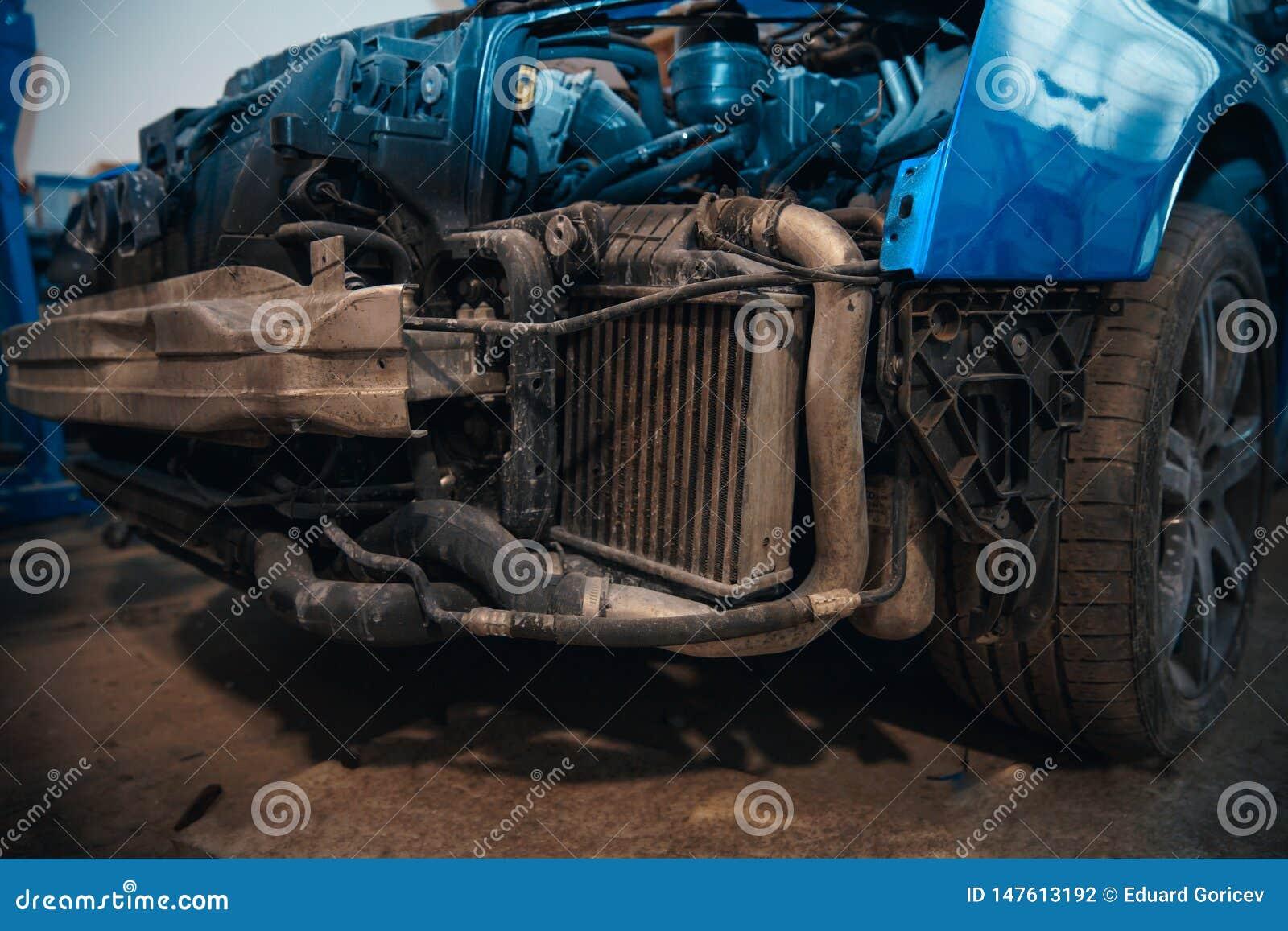 Αυτοκίνητο επισκευής και ελέγχου στο κατάστημα επισκευής Ένας πεπειραμένος τεχνικός επισκευάζει το ελαττωματικό μέρος του αυτοκιν