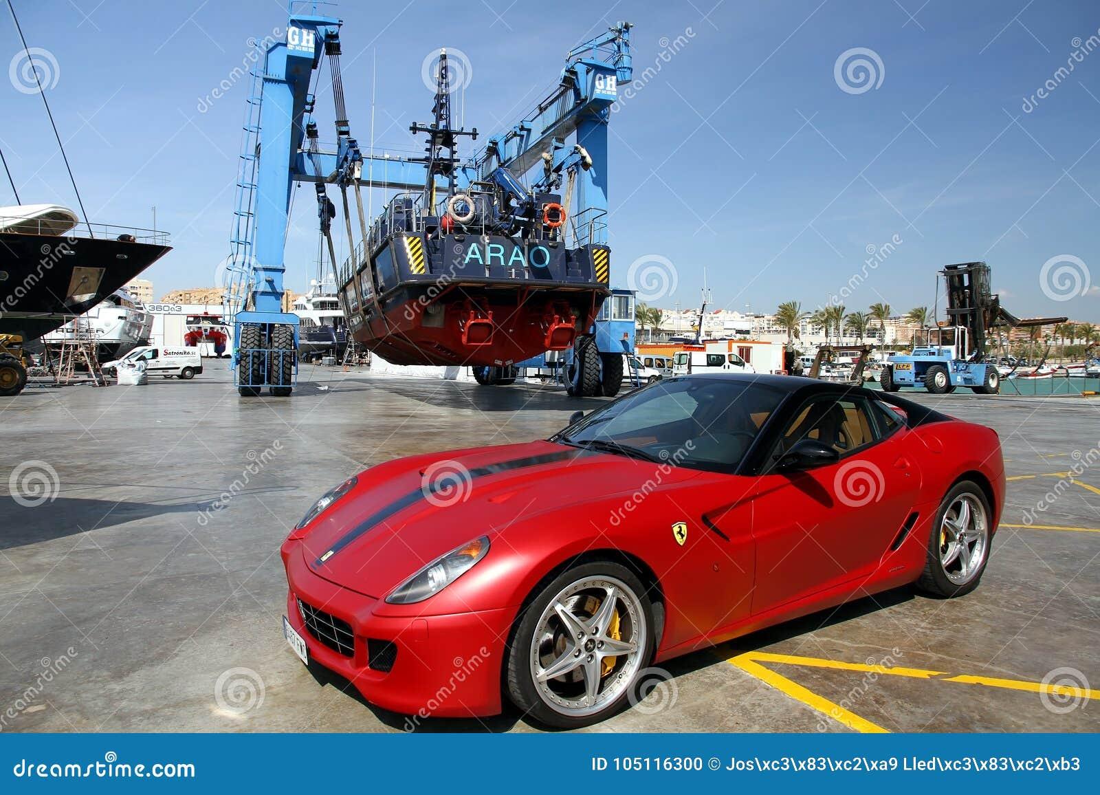 Αυτοκίνητο και ακτοφυλακή Ferrari πέρα από ένα travelift στην πόλη της Αλικάντε