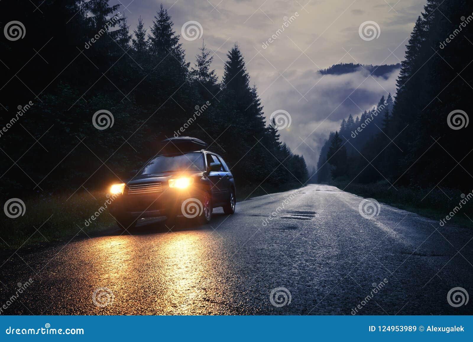 Αυτοκίνητο με τους προβολείς τη νύχτα στο δρόμο