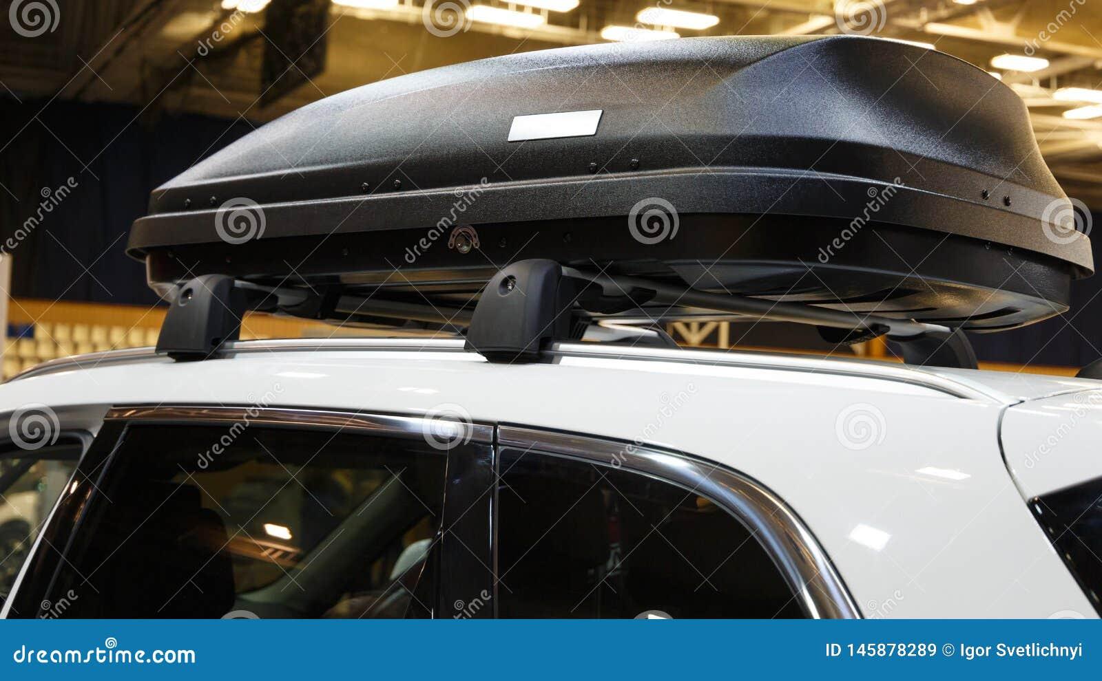 Αυτοκίνητο με το ράφι στεγών με το κιβώτιο φορτίου
