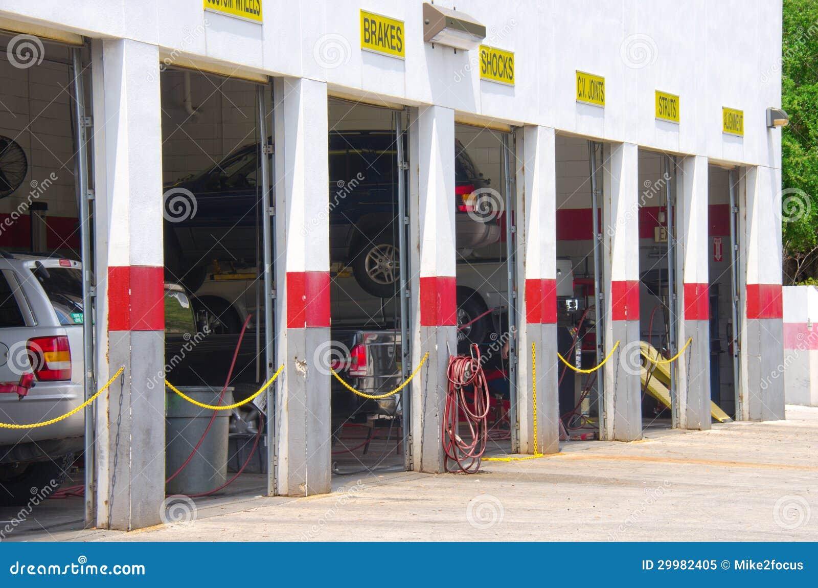 Αυτόματο γκαράζ επισκευής με τα οχήματα στους ανελκυστήρες