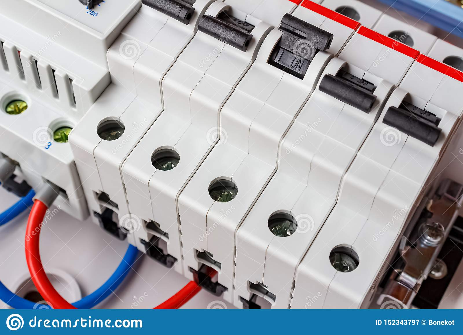 Αυτόματοι διακόπτες στην κινηματογράφηση σε πρώτο πλάνο ραγών DIN στο άσπρο πλαστικό να τοποθετήσει κιβώτιο