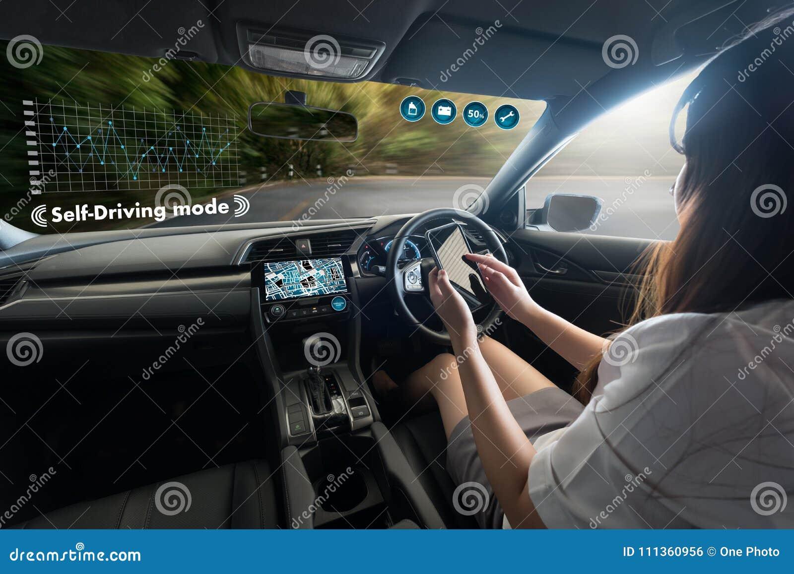 αυτόνομο οδηγώντας αυτοκίνητο και ψηφιακή εικόνα τεχνολογίας ταχυμέτρων