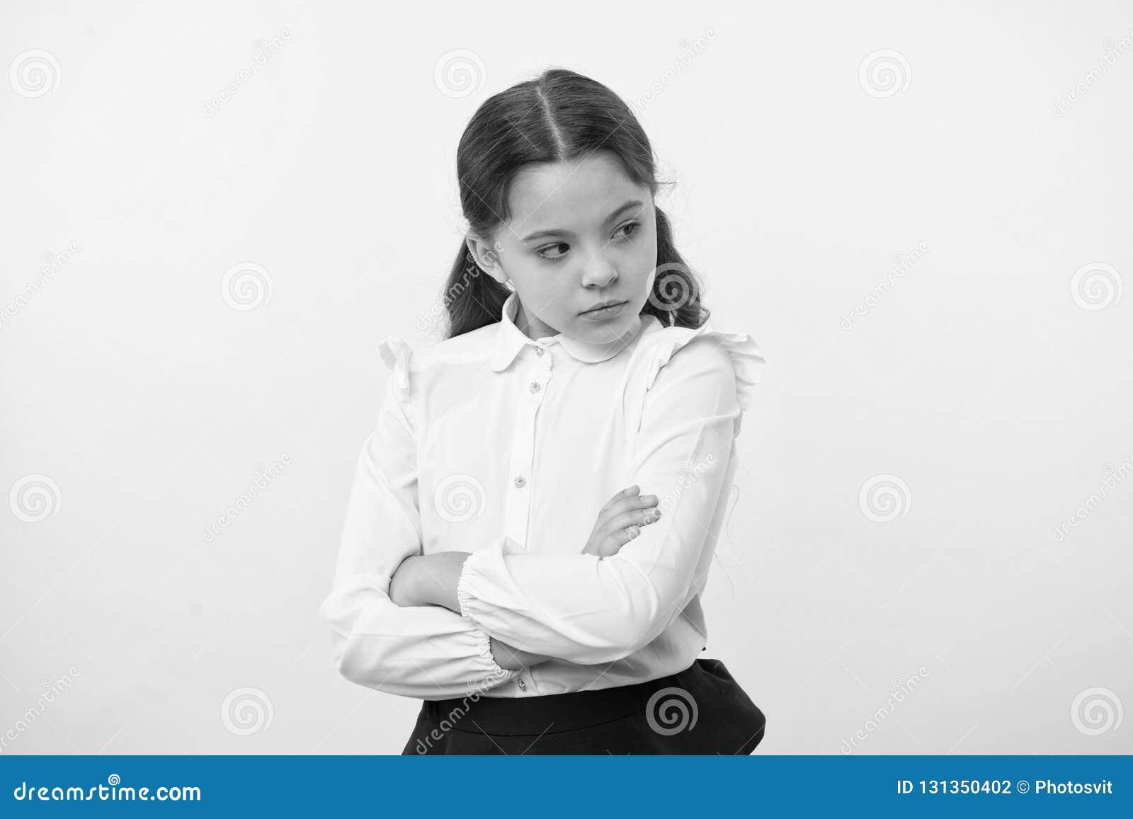 Αυτός δεν είναι δίκαιος Μαθητής να μην συμφωνήσει με το σημάδι Το σοβαρό πρόσωπο κοριτσιών προέσβαλε το κίτρινο υπόβαθρο Δυστυχισ