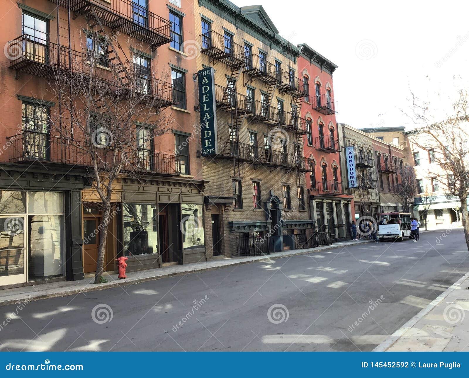 Αυτό είναι ένα streetview που βρίσκεται σε ένα μέρος στούντιο που μιμείται μια ιστορική κωμόπολη θέτοντας όπως η πόλη της Νέας Υό