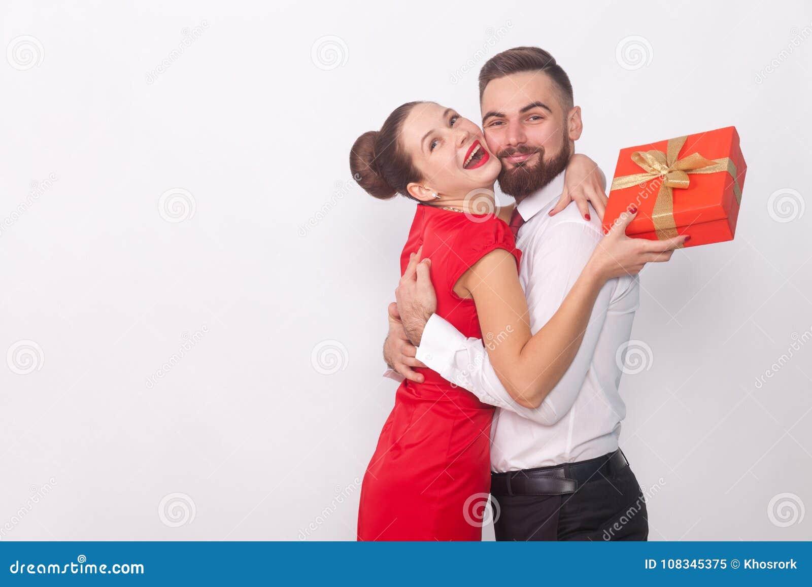 Αυτό παρόν ` s για σας! Ζεύγος που αγκαλιάζει, κιβώτιο δώρων εκμετάλλευσης γυναικών