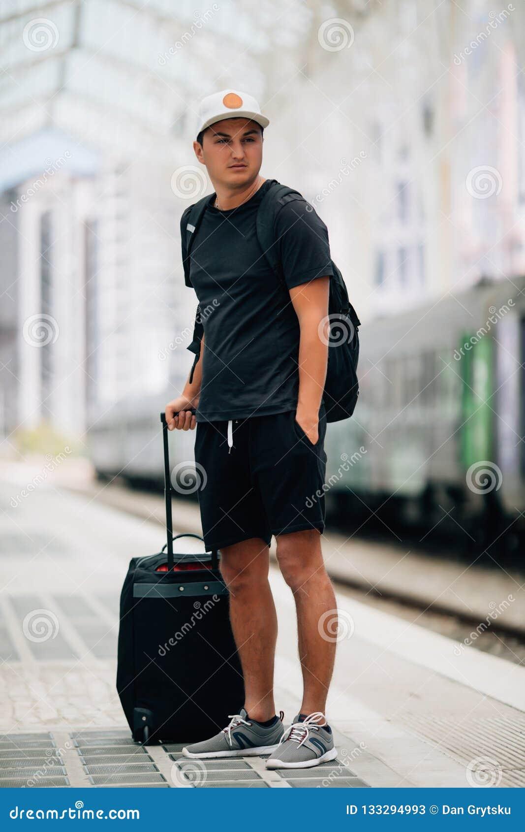 Αφήστε το ταξίδι να αρχίσει Ταξιδιώτης με την περιμένοντας μεταφορά βαλιτσών στο σιδηροδρομικό σταθμό αερολιμένων έτοιμος να ταξι