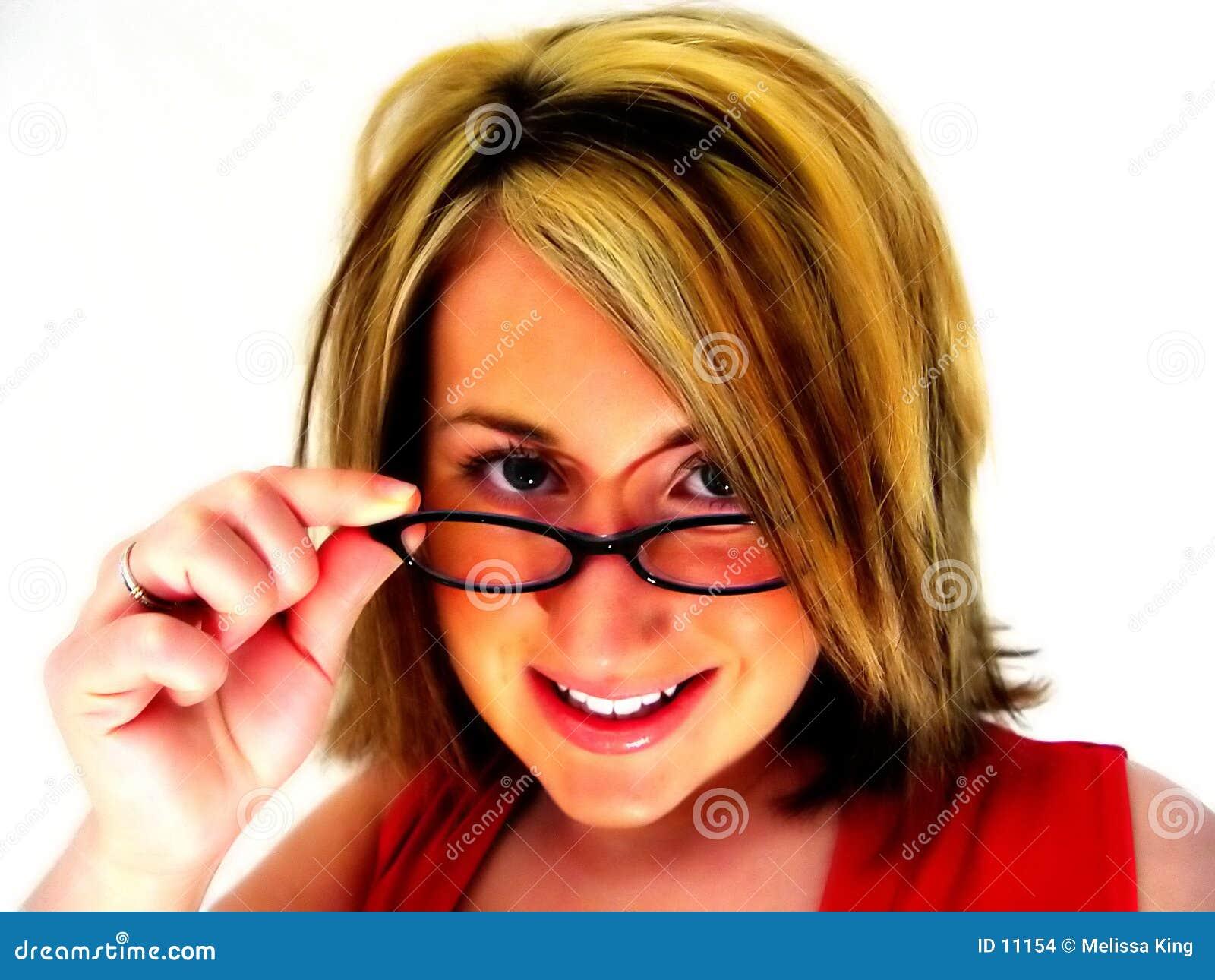 αφηρημένα γυαλιά που κοιτάζουν πέρα από τη γυναίκα