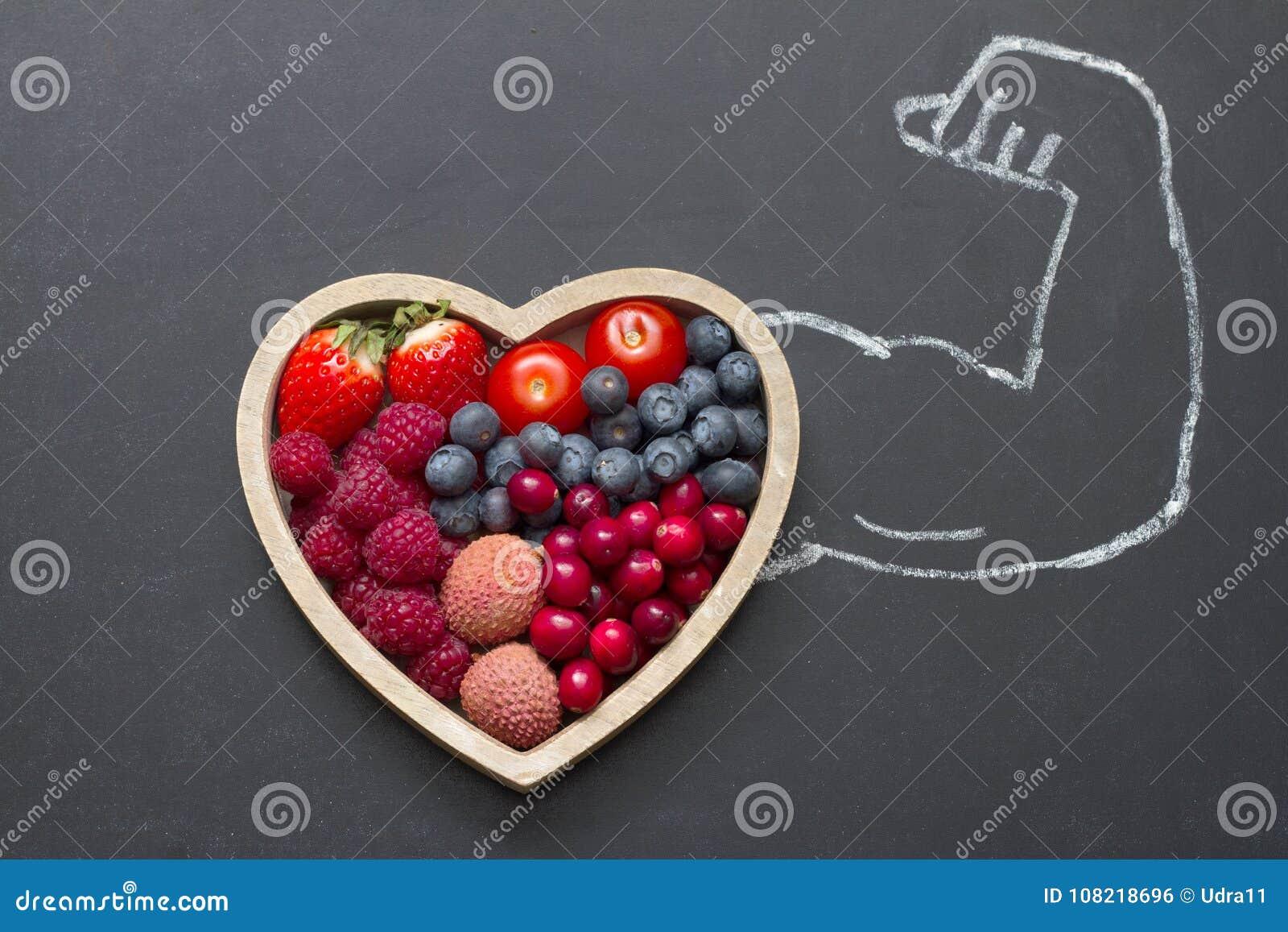 Αφηρημένη έννοια καρδιών διατροφής υγείας με το χέρι ισχυρών ανδρών στον πίνακα