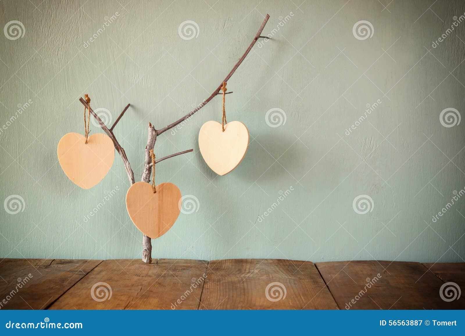 Download Αφηρημένη εικόνα της ένωσης των ξύλινων καρδιών πέρα από το ξύλινο υπόβαθρο Στοκ Εικόνα - εικόνα από ρωμανικός, κλασικός: 56563887