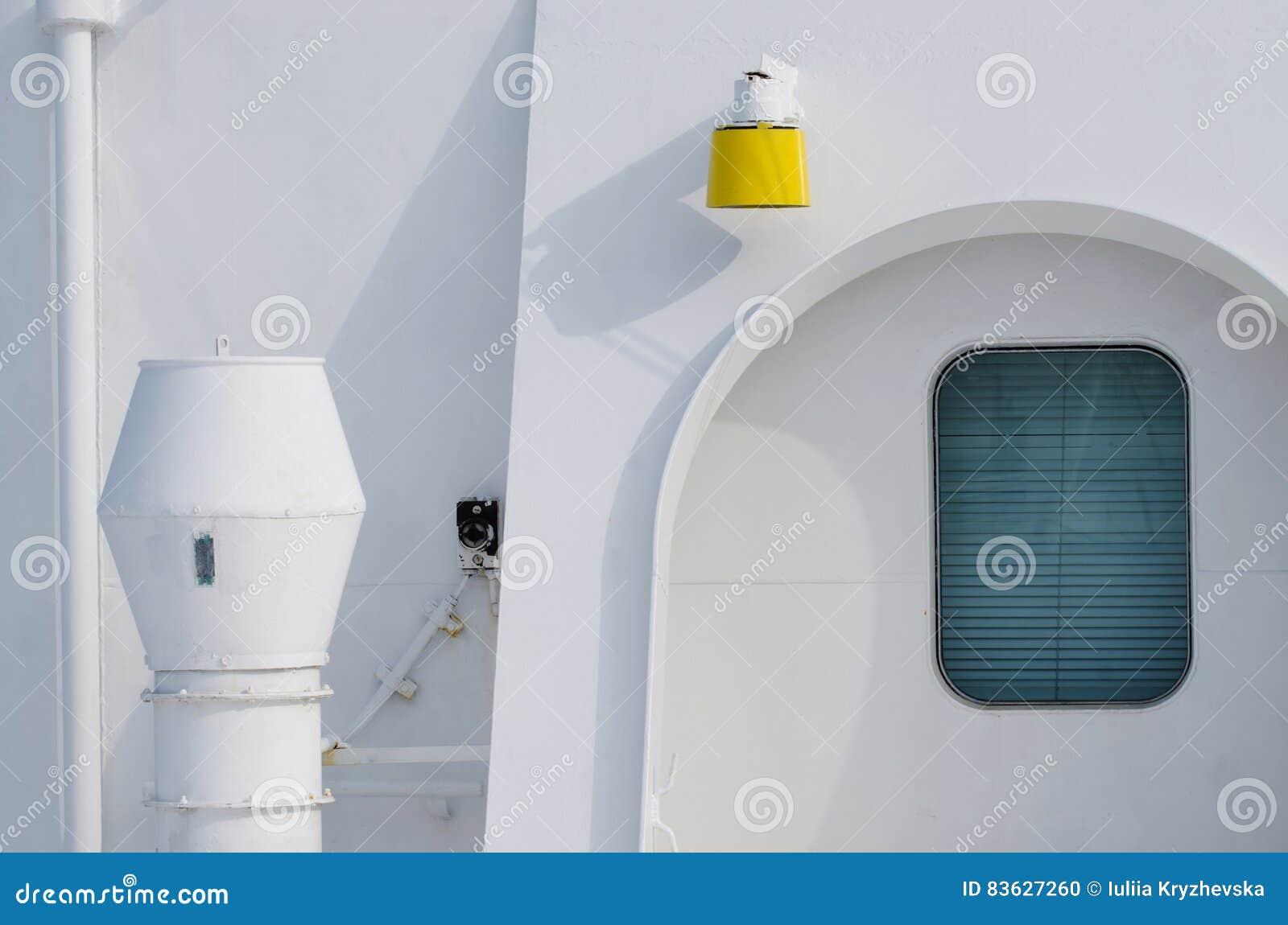 Αφηρημένη σύνθεση της πλευράς επιβατηγών πλοίων που χρωματίζεται με το άσπρο whi χρώματος