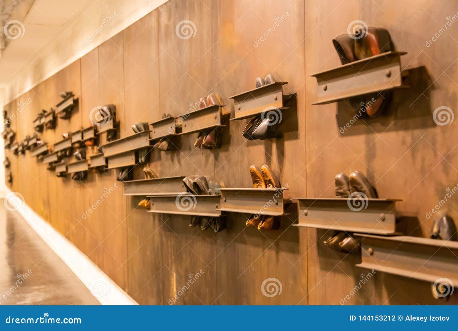Αφηρημένη σύνθεση των εκλεκτής ποιότητας παπουτσιών που συνδέονται με τον τοίχο στην υπόγεια διάβαση